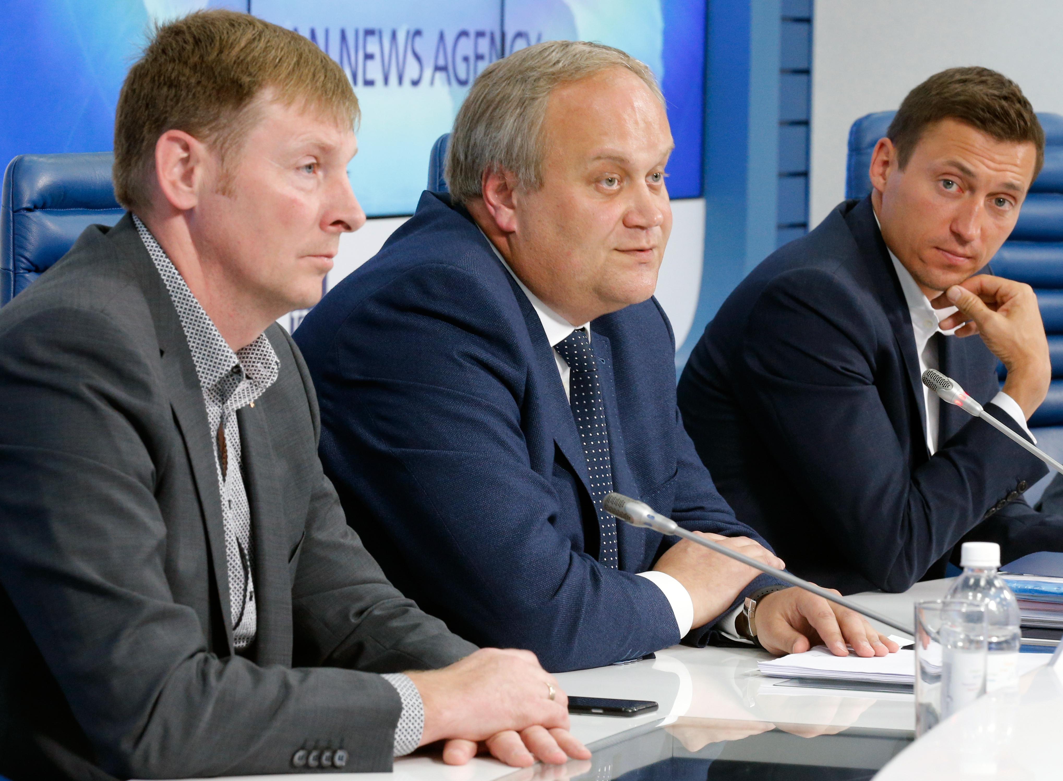 <p>Александр Зубков и Александр Легков с бывшим замминистра спорта Юрием Нагорных. Фото: &copy; РИА Новости</p>