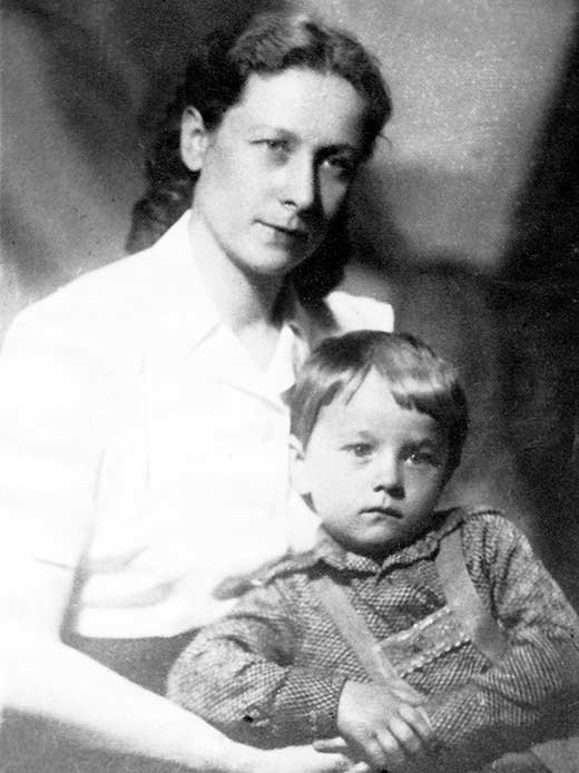 Жена Виктора Абакумова Антонина с сыном. Фото © Wikimedia Commons