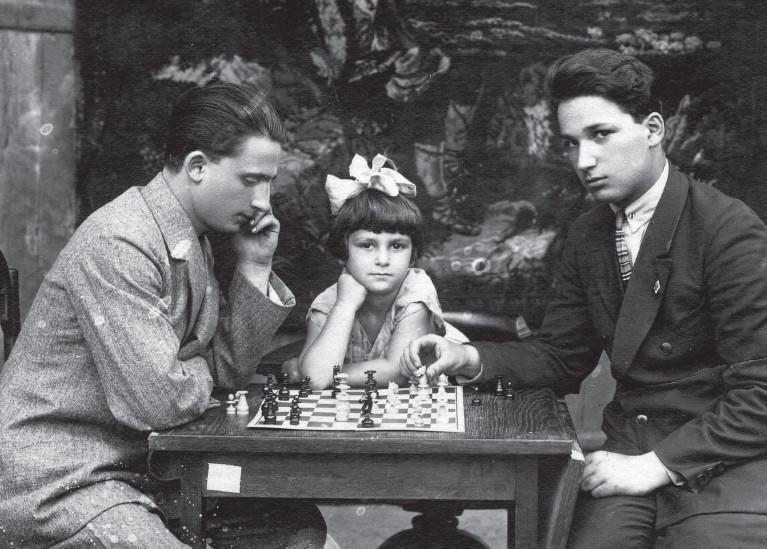 Александр Печерский с братом Борисом и сестрой Зинаидой. Фото © Собибор: подвиг Александра Печерского