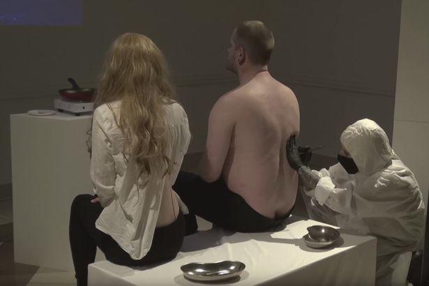 """Фото © скриншот видео Artūra Bērziņa deleģētā performance """"Eshatoloģija"""" galerijā """"MuseumLV"""" 10.03.2018"""