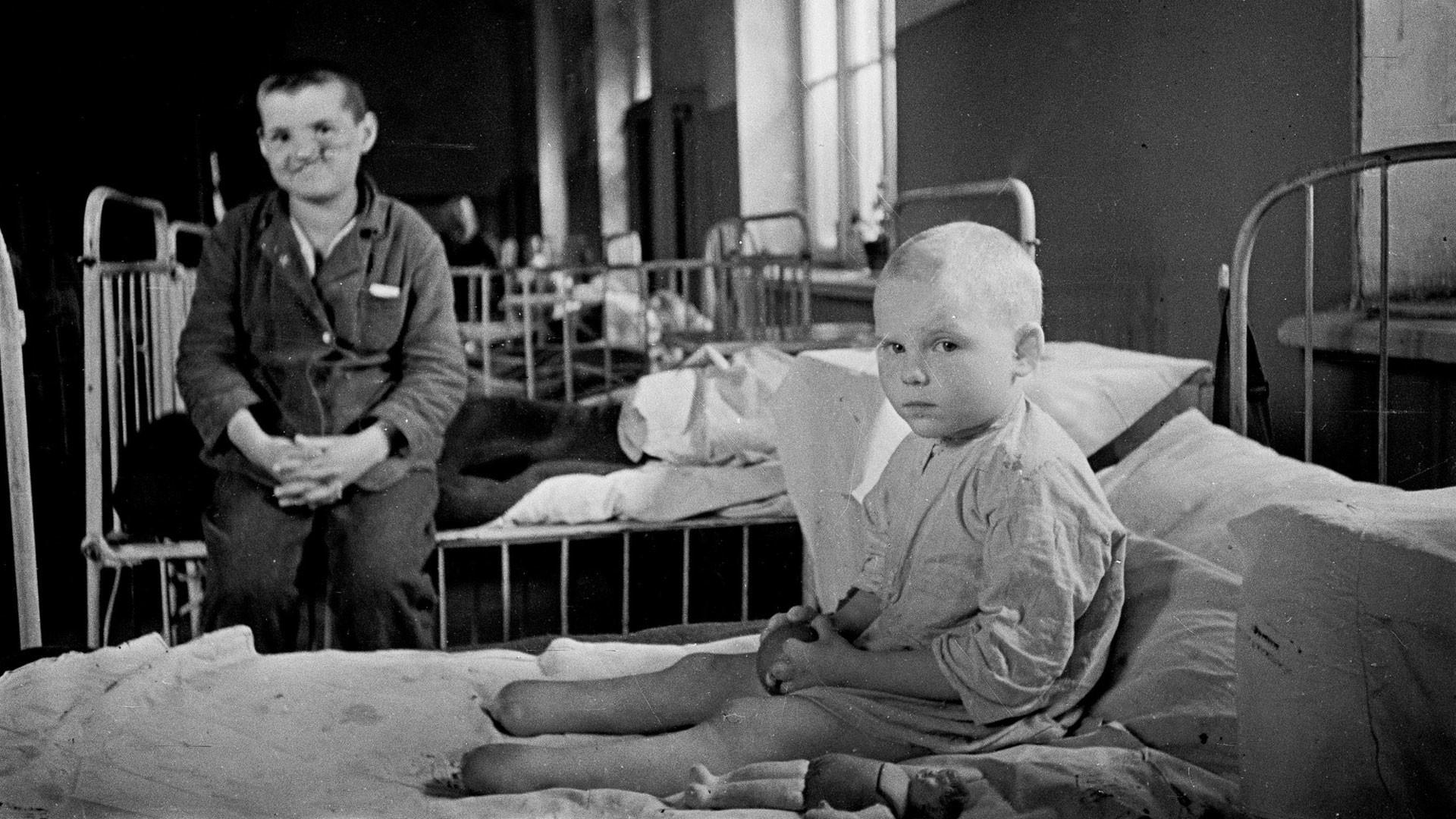Воспитанники детского дома для сирот-инвалидов в тылу в СССР. Фото: © Военный альбом/Семен Фридлянд