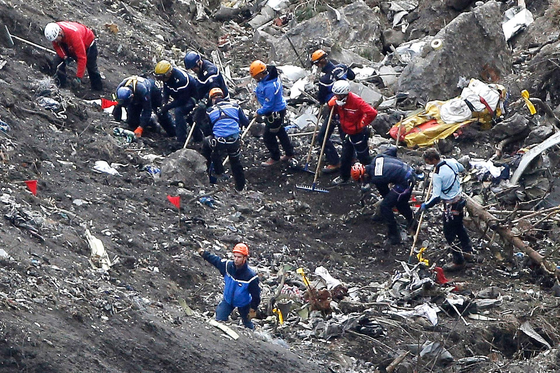 Спасатели работают над обломками самолёта Germanwings. Фото: © AP Photo / Laurent Cipriani
