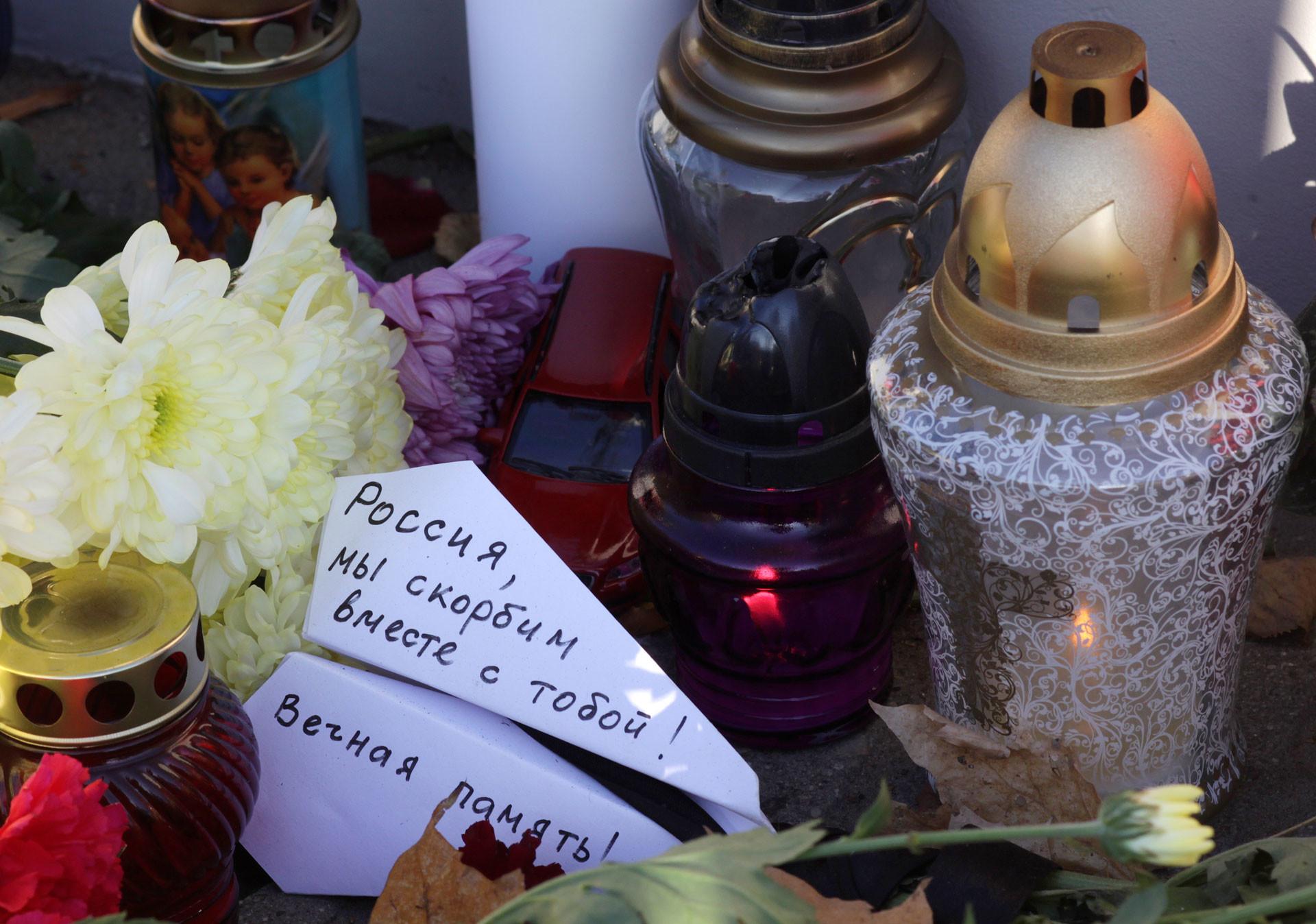 """Цветы, свечи и бумажный самолётик с надписью """"Россия, мы скорбим вместе с тобой! Вечная память!"""" у Посольства Российской Федерации в Риге в память о жертвах катастрофы Airbus A321. Фото: ©РИА Новости / Оксана Джадан"""