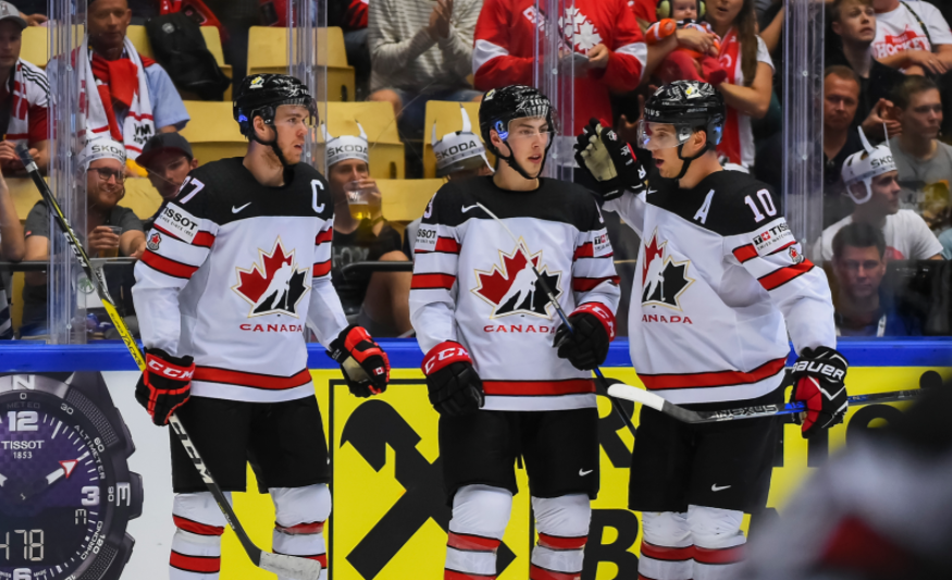 Коннор Макдэвид — крайний слева. Фото: © IIHF
