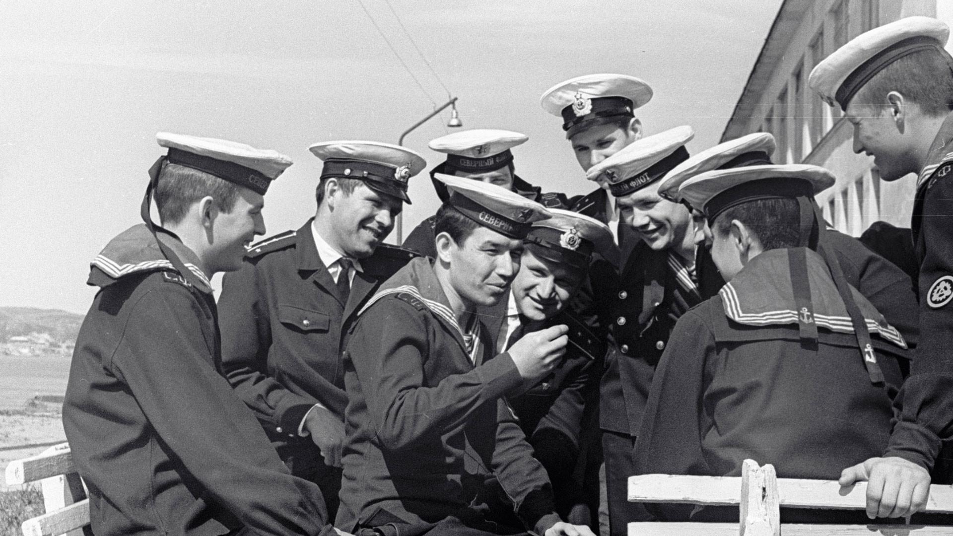 """Моряки атомной подводной лодки """"50 лет СССР"""" сидят на скамейках около казармы. Фото: © РИА Новости"""