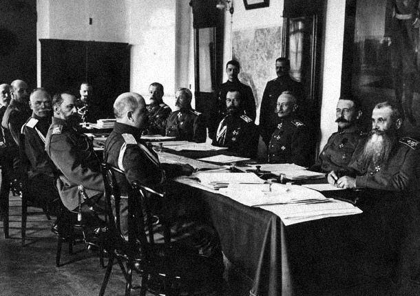 Военный совет 1 апреля 1916 года. Брусилов справа от Николая II. Фото © Wikimedia Commons