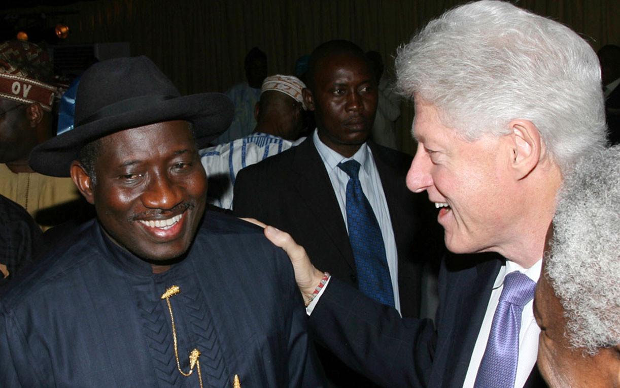 Бывший президент Нигерии Джонатан Гудлак и бывший президент США Билл Клинтон, 14 января 2009 года. Фото: © AP Photo/Sunday Aghaeze
