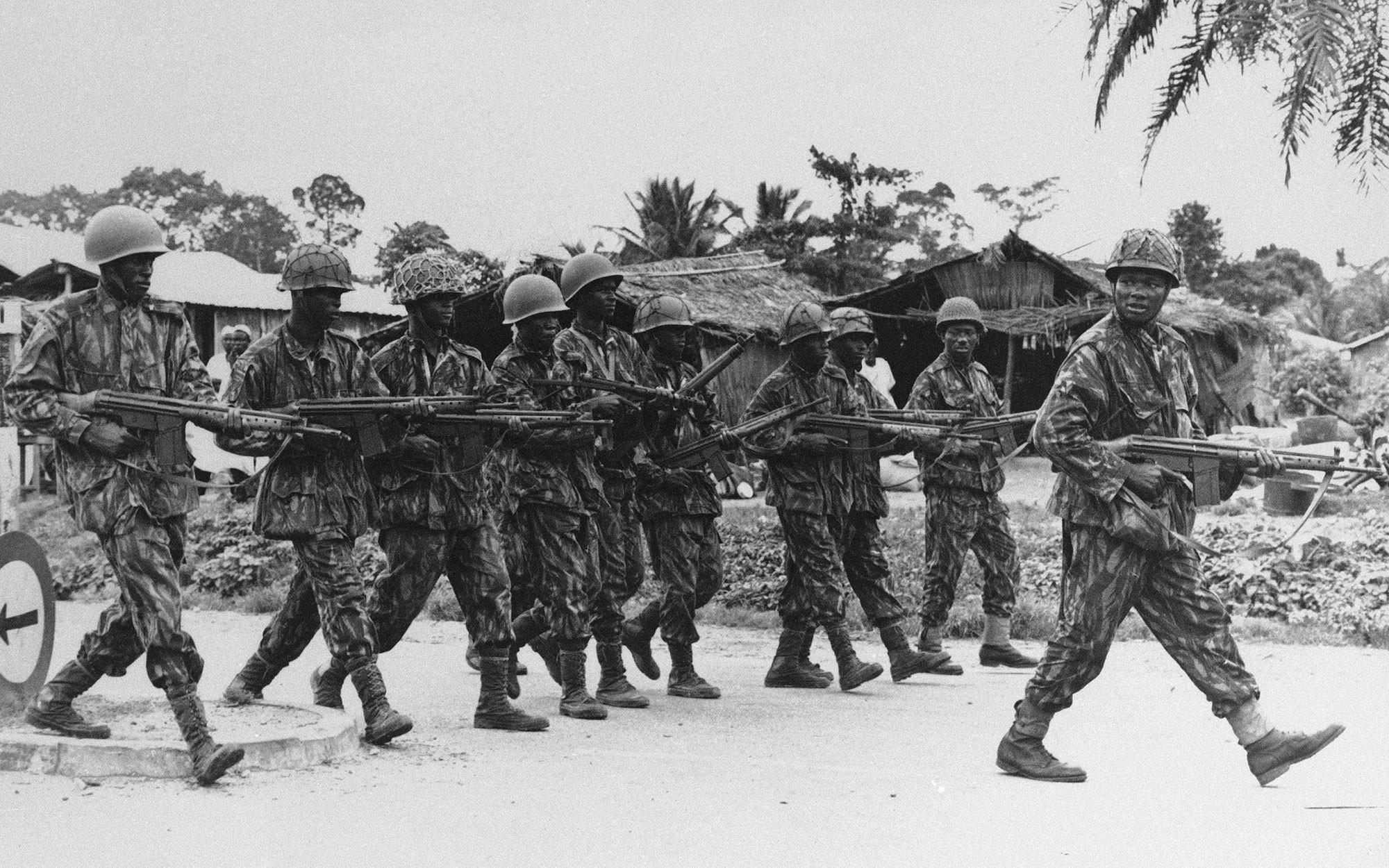 Нигерийские федеральные войска изображены во время операции против сепаратистских сил Биафры вблизи города руды, примерно в 120 милях от Ибадана, Нигерия, авг. 16, 1967. Фото: © AP Photo