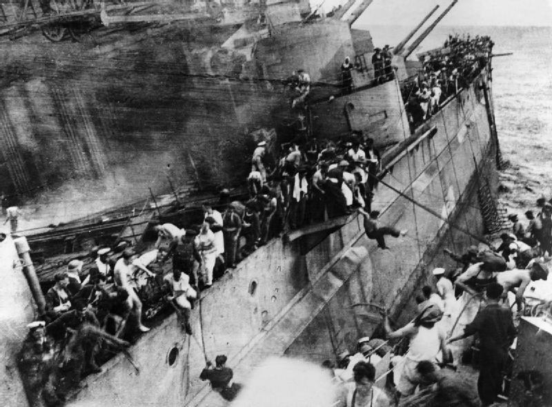 "Эвакуация с эсминца ""Принц Уэльский"". Фото © Wikimedia Commons"