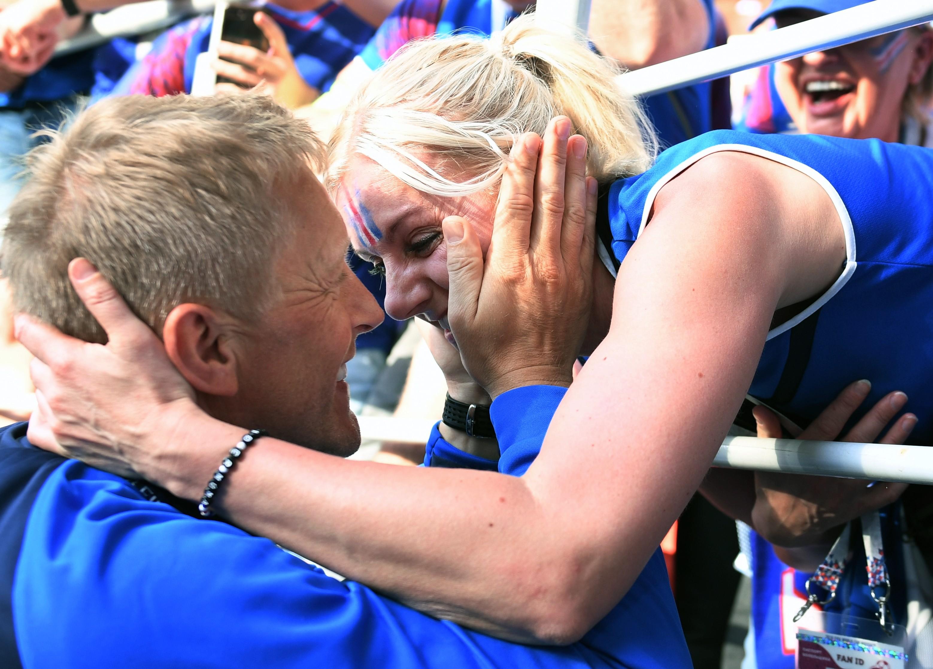 Главный тренер сборной Исландии Хеймир Хальгримссон с женой после матча. Фото: © РИА Новости / Виталий Белоусов