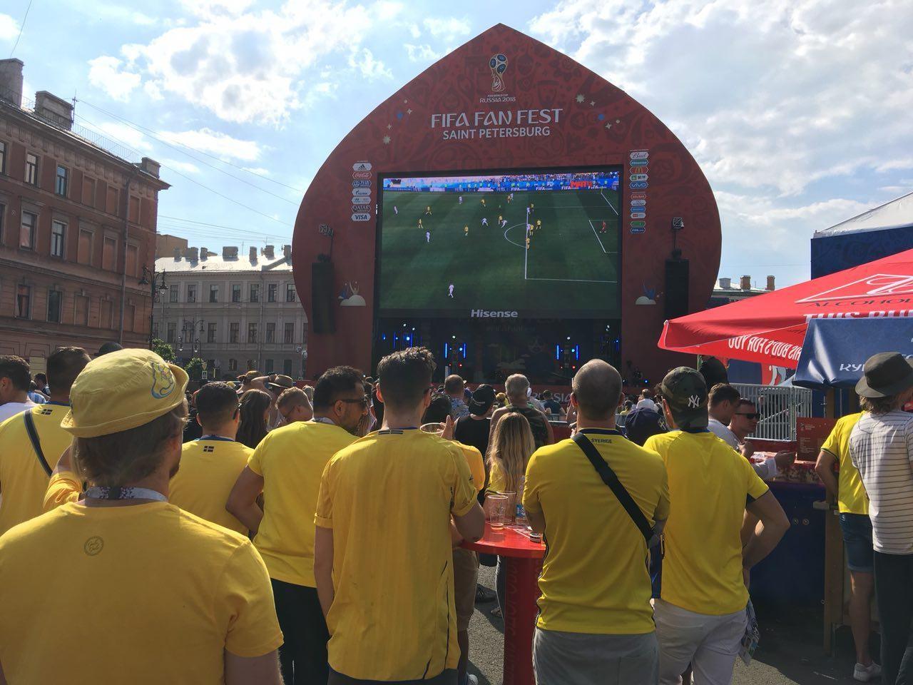 Шведские болельщики смотрят матч своей сборной против Южной Кореи в Санкт-Петербурге. Фото: © L!FE