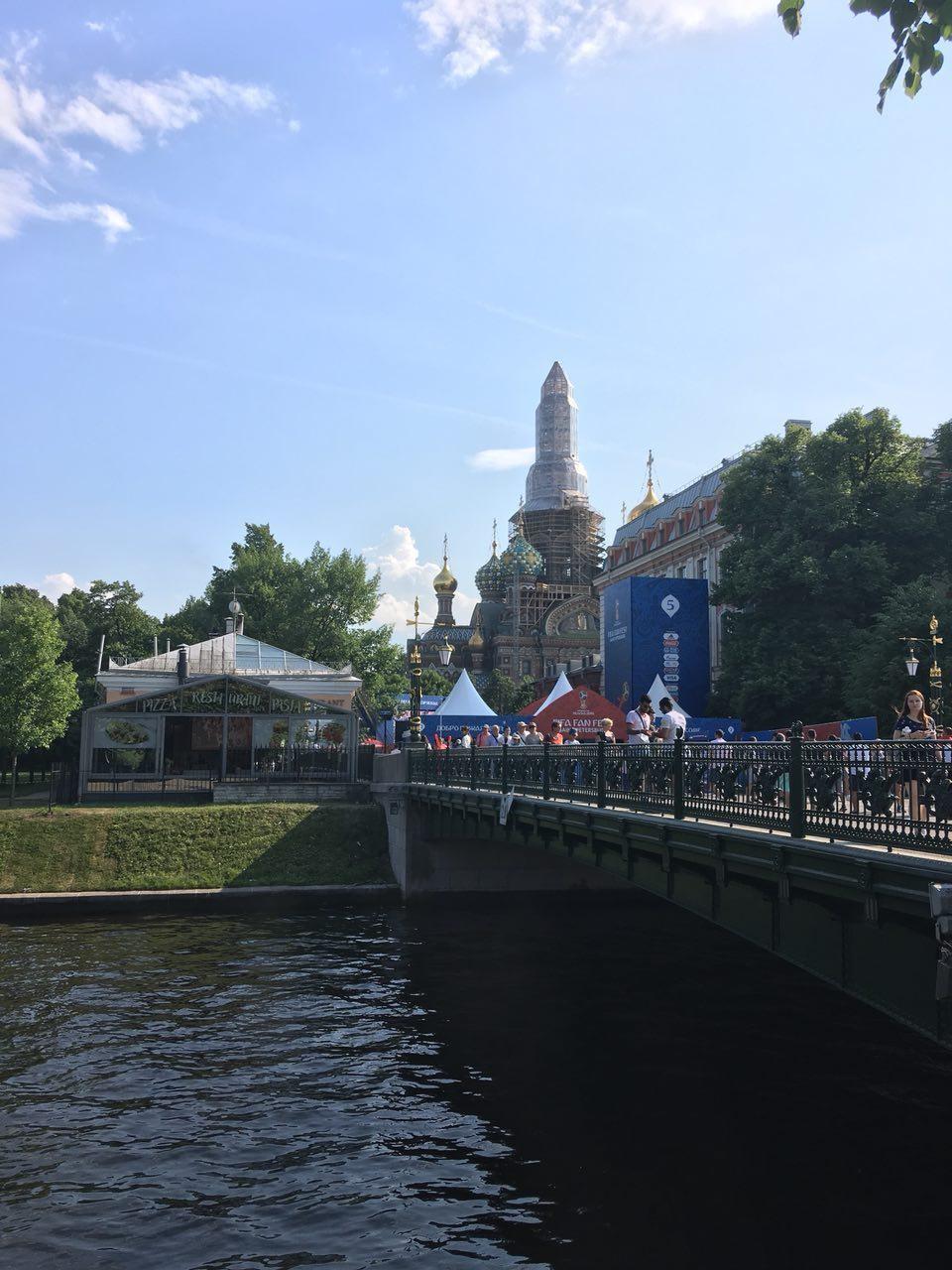 Фестиваль болельщиков ФИФА проходит прямо у Спаса на Крови. Фото: © L!FE