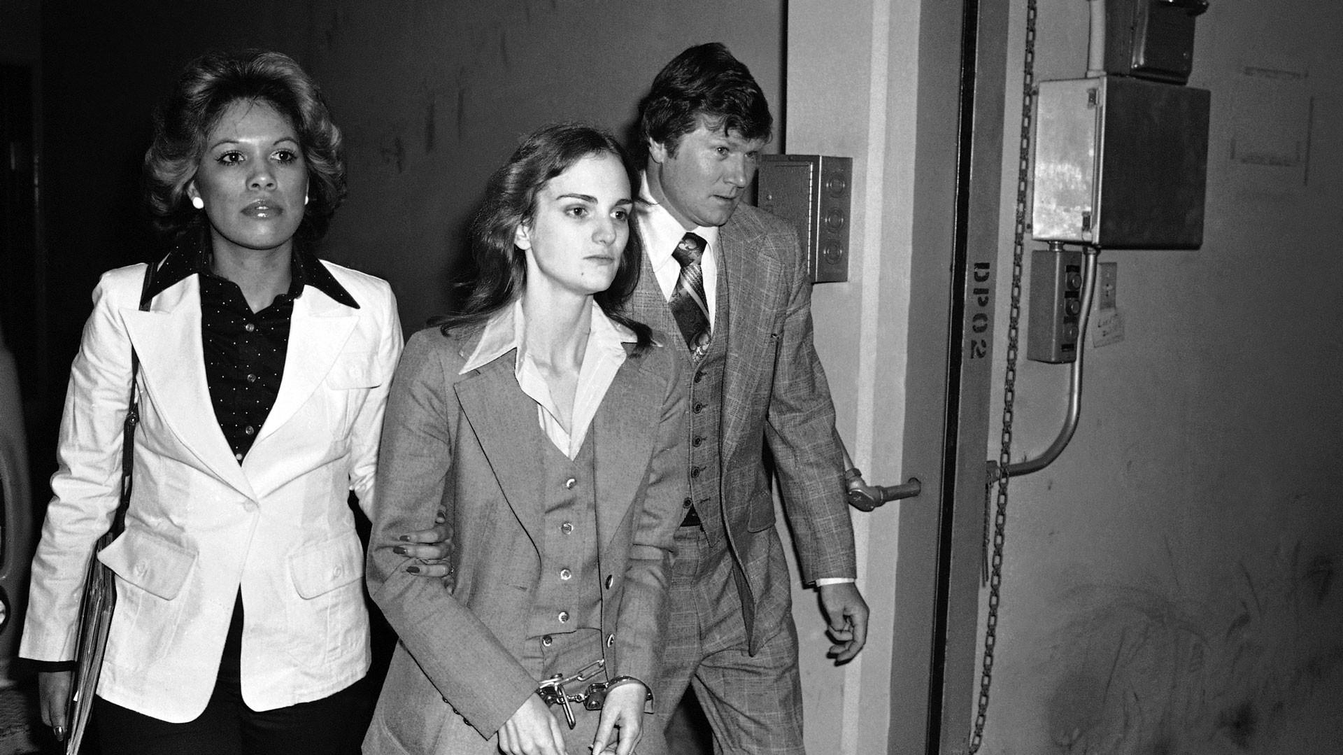Патти Херст покидает федеральное здание в Сан-Франциско после вынесения приговора по обвинению в ограблении банка, 12 апреля 1976 года. Фото: © AP Photo