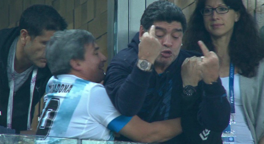 Но не только Месси обсуждали после этой игры. Легендарный аргентинский игрок Диего Армандо Марадона тоже попал в поле зрения СМИ. Сначала он показывал неприличные жесты, потом засыпал на трибуне, а ещё и вызывал скорую помощь... И это ещё только закончился групповой этап. Страшно подумать, что будет дальше. Фото: © скриншот