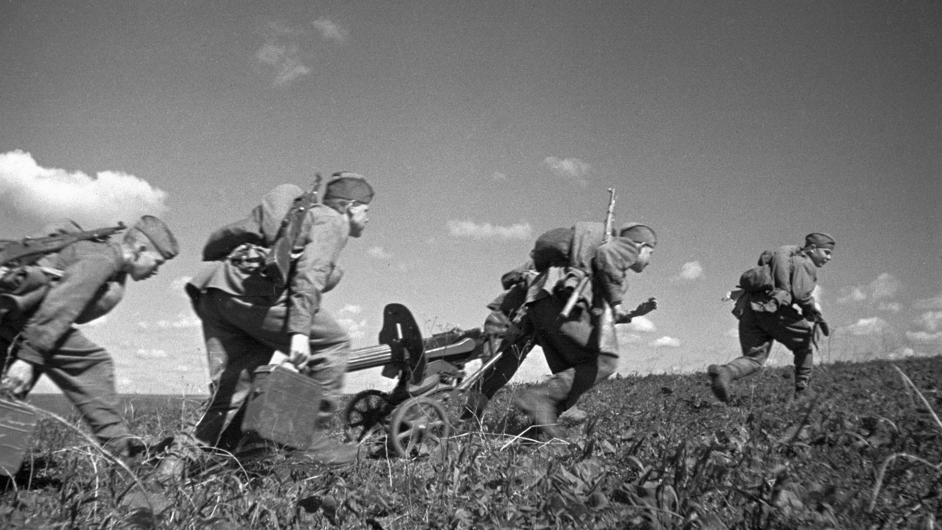 Пулемётный расчёт выдвигается на огневую позицию. Курская дуга. Фото: © РИА Новости / Фёдор Левшин