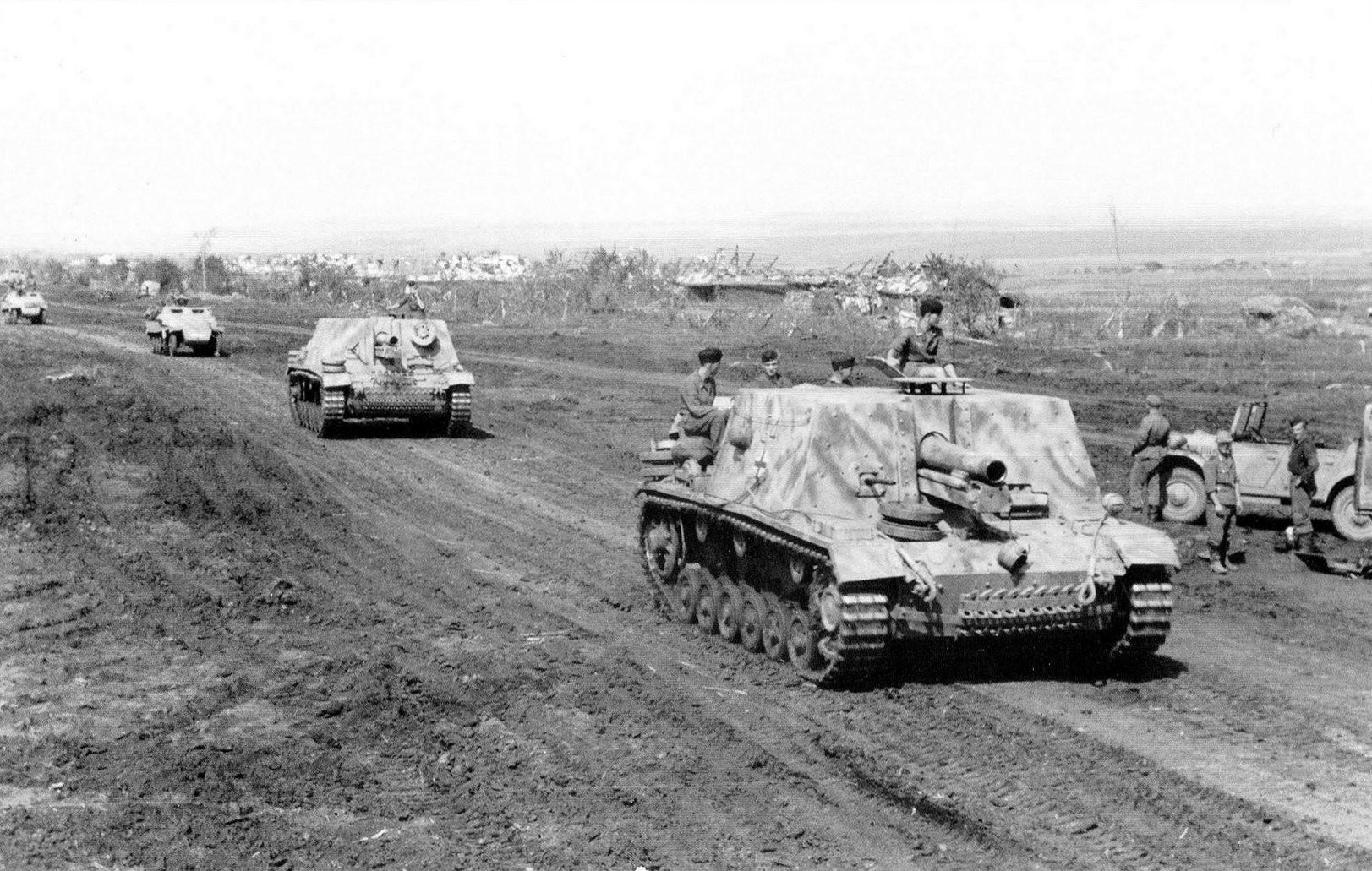 Немецкие штурмовые пехотные орудия StuG33B. Фото: © Военный альбом