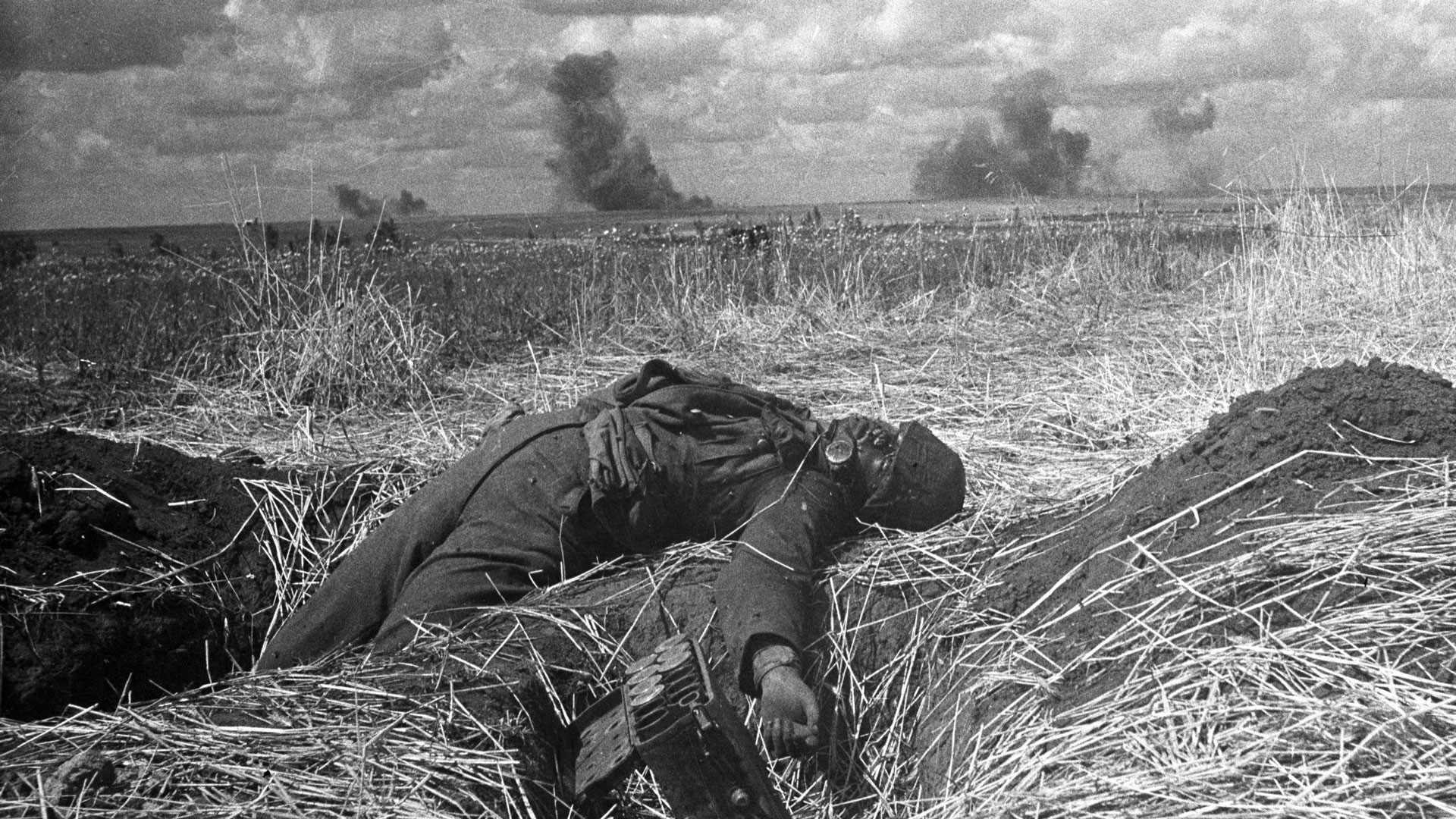 На поле боя убитый немецкий солдат. Фото: © РИА Новости / Александр Капустянский