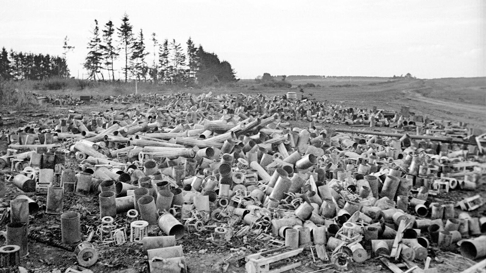 Кучи артиллерийских гильз во время боёв на Курской дуге. Фото: © Военный альбом