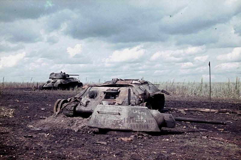 Два Т-34, немецкий снимок близ Белгорода, август 1943 года. Первый просто выведен из строя, второй потерял башню после взрыва боекомплекта. Фото: © Военный альбом