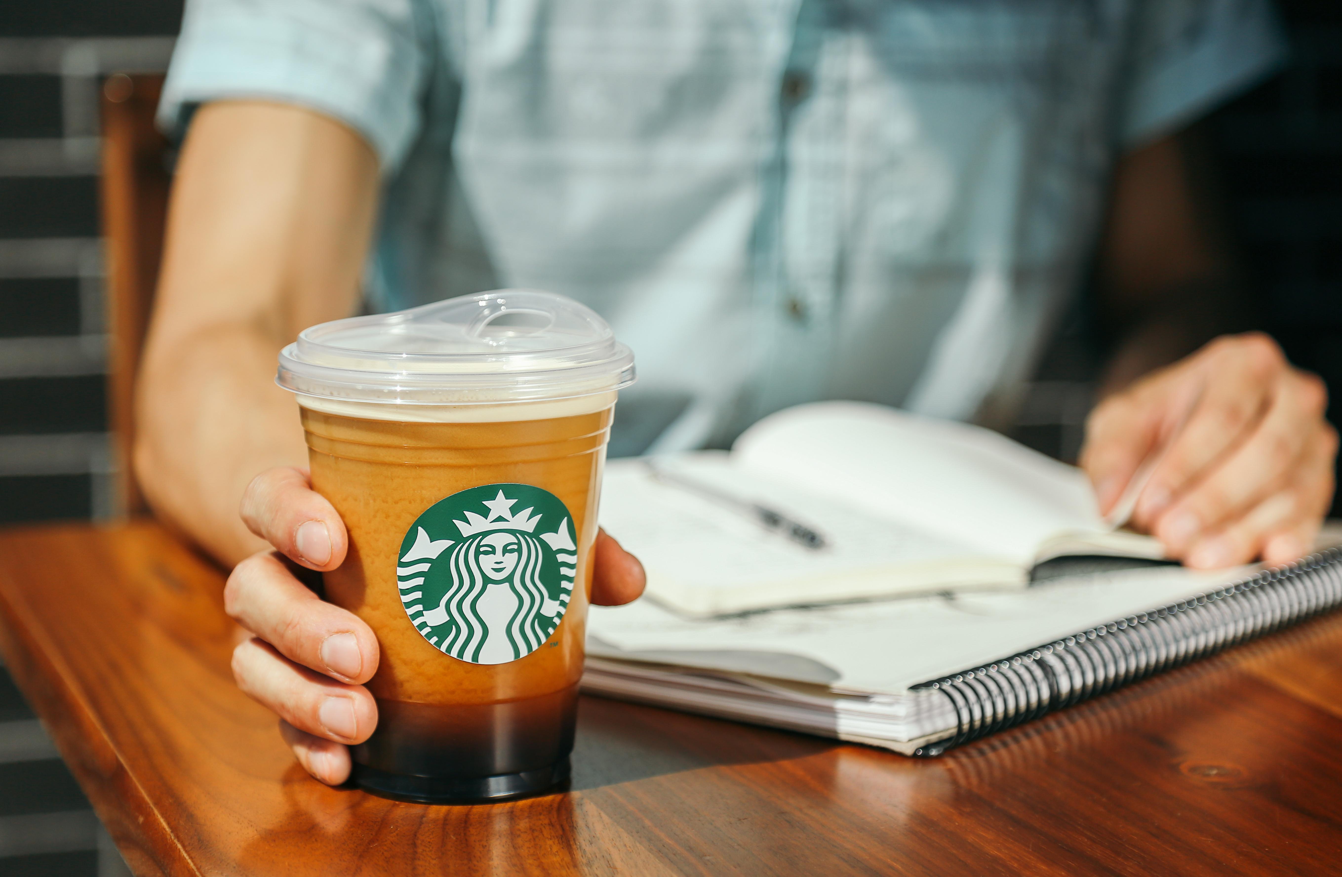 Стакан с новой крышкой для холодных напитков. Фото: © news.starbucks.com