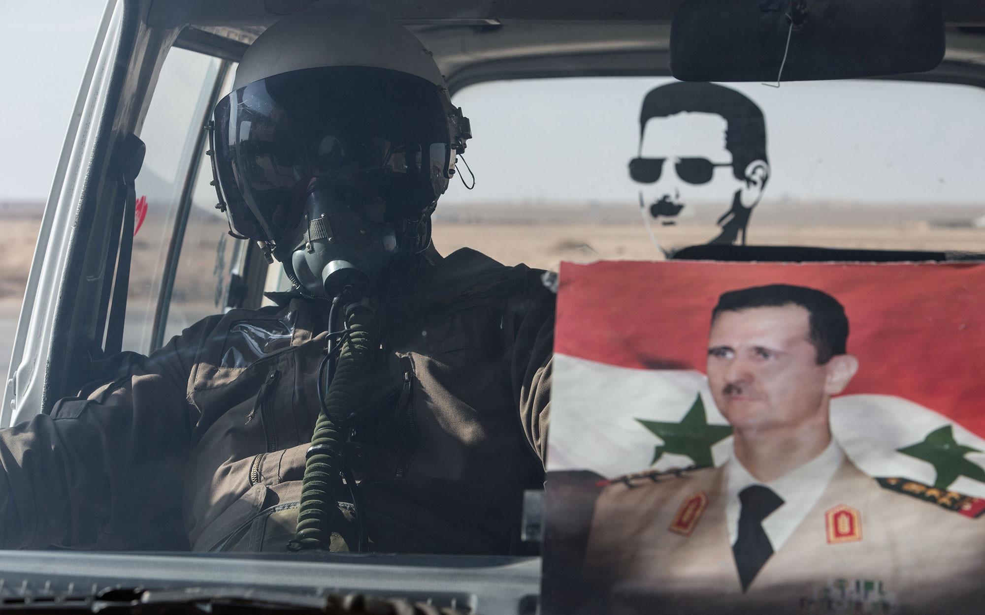 Лётчик ВВС сирийской армии в автомобиле на базе Военно-воздушных сил Сирии в провинции Хомс, 21 февраля 2016 года. Фото: © РИА Новости / Илья Питалев