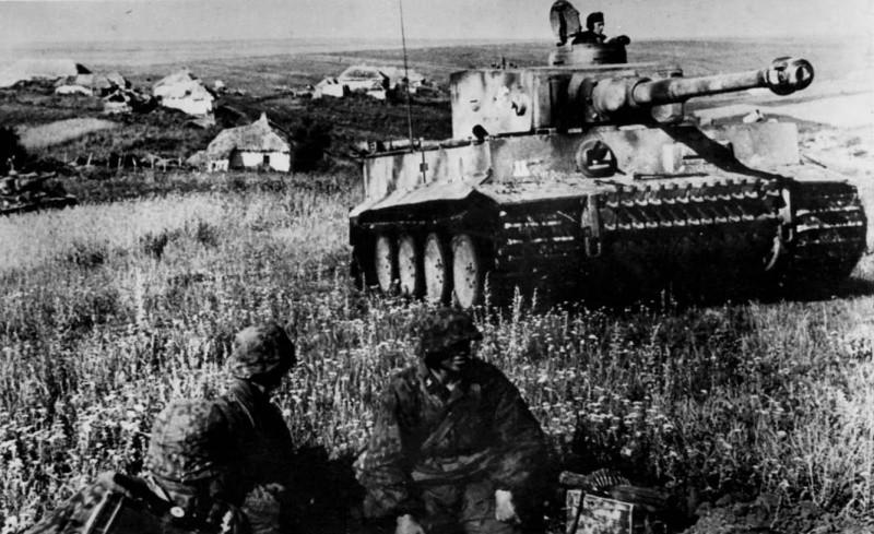 """Солдаты войск СС отдыхают возле танка """"Тигр"""" на Курской дуге. Фото: © Военный альбом"""