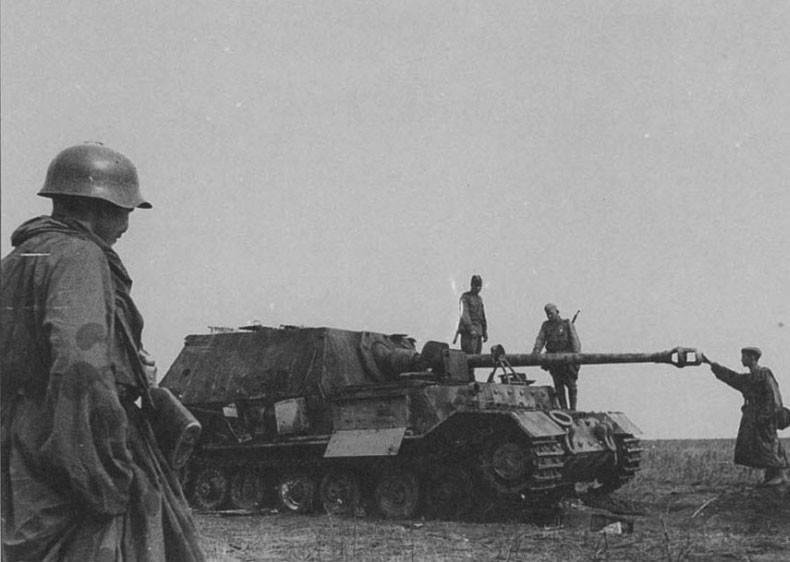 """Советские солдаты осматривают подбитую САУ """"Фердинанд"""". Фото: © Военный альбом"""