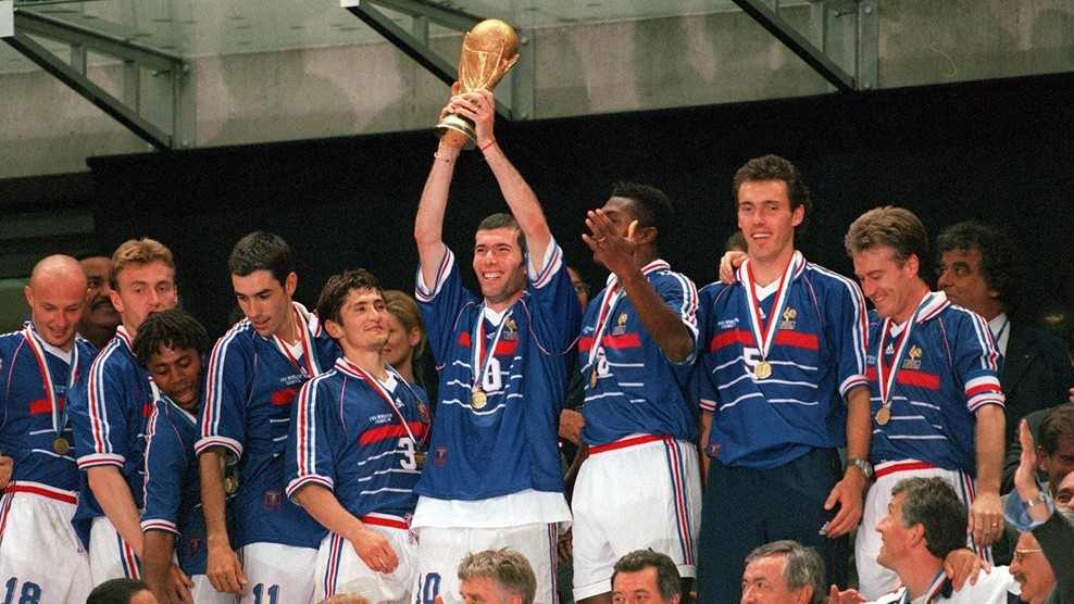 Сборная Франции — чемпион мира 1998 года. Крайний справа — Дидье Дешам. Фото: © FIFA