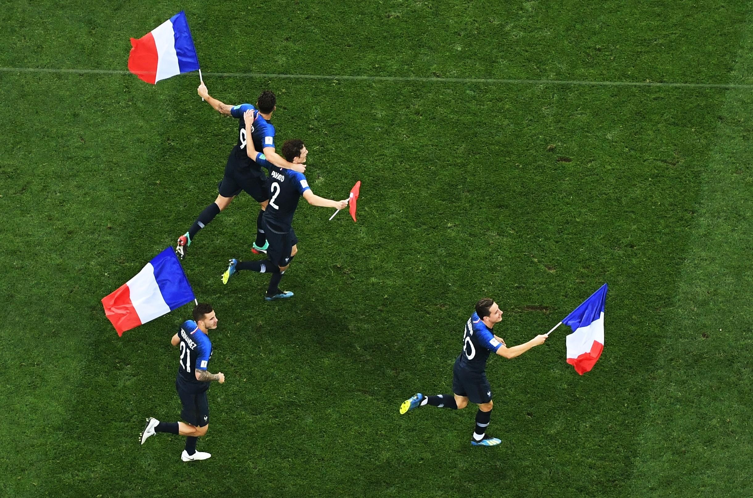 Некоторые игроки подбежали к своим фанатам и взяли у них французские флаги. Фото: РИА Новости/Алексей Куденко