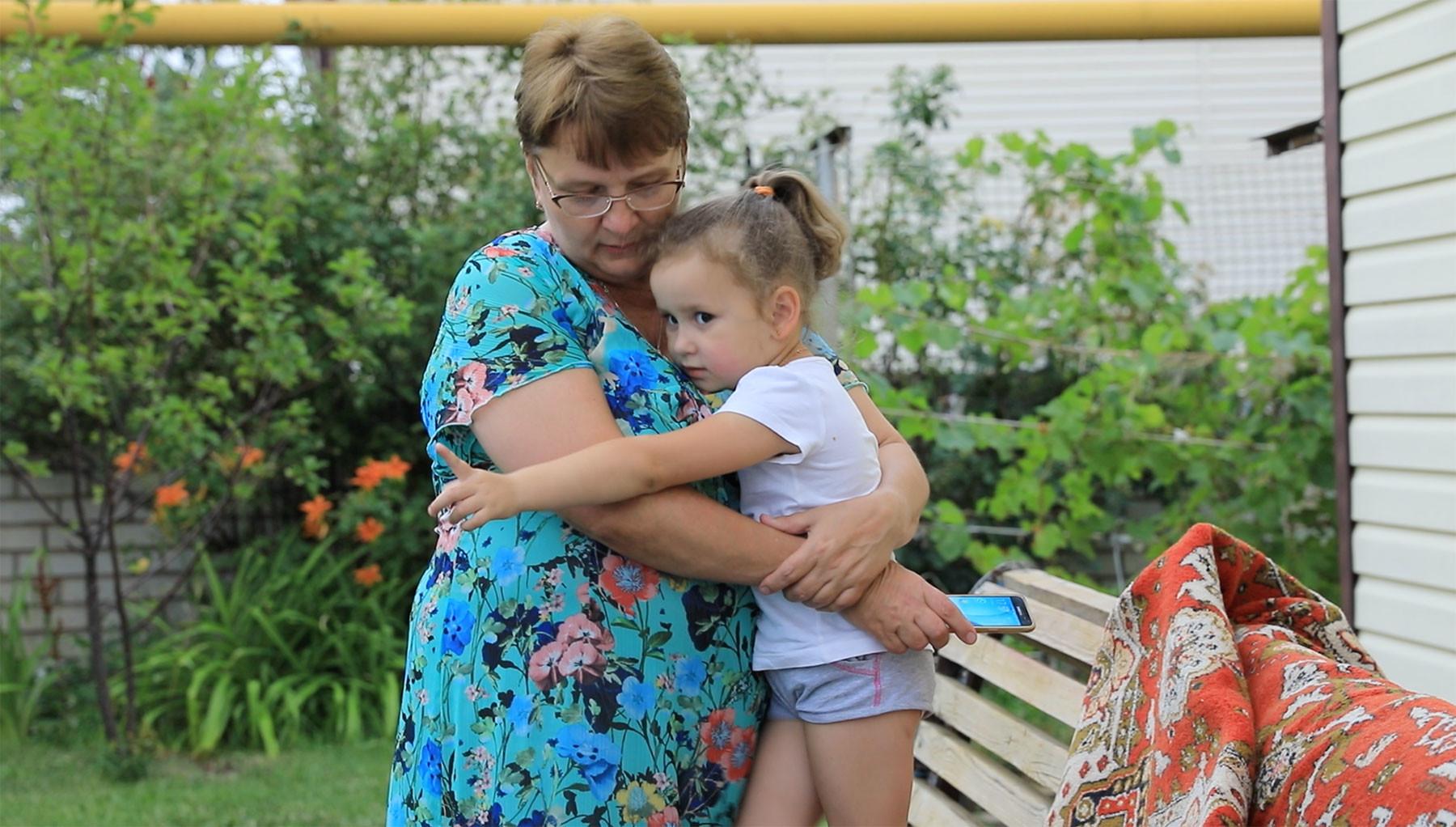 Мама погибшей Надежда Семко с внучкой. Фото: © L!FE