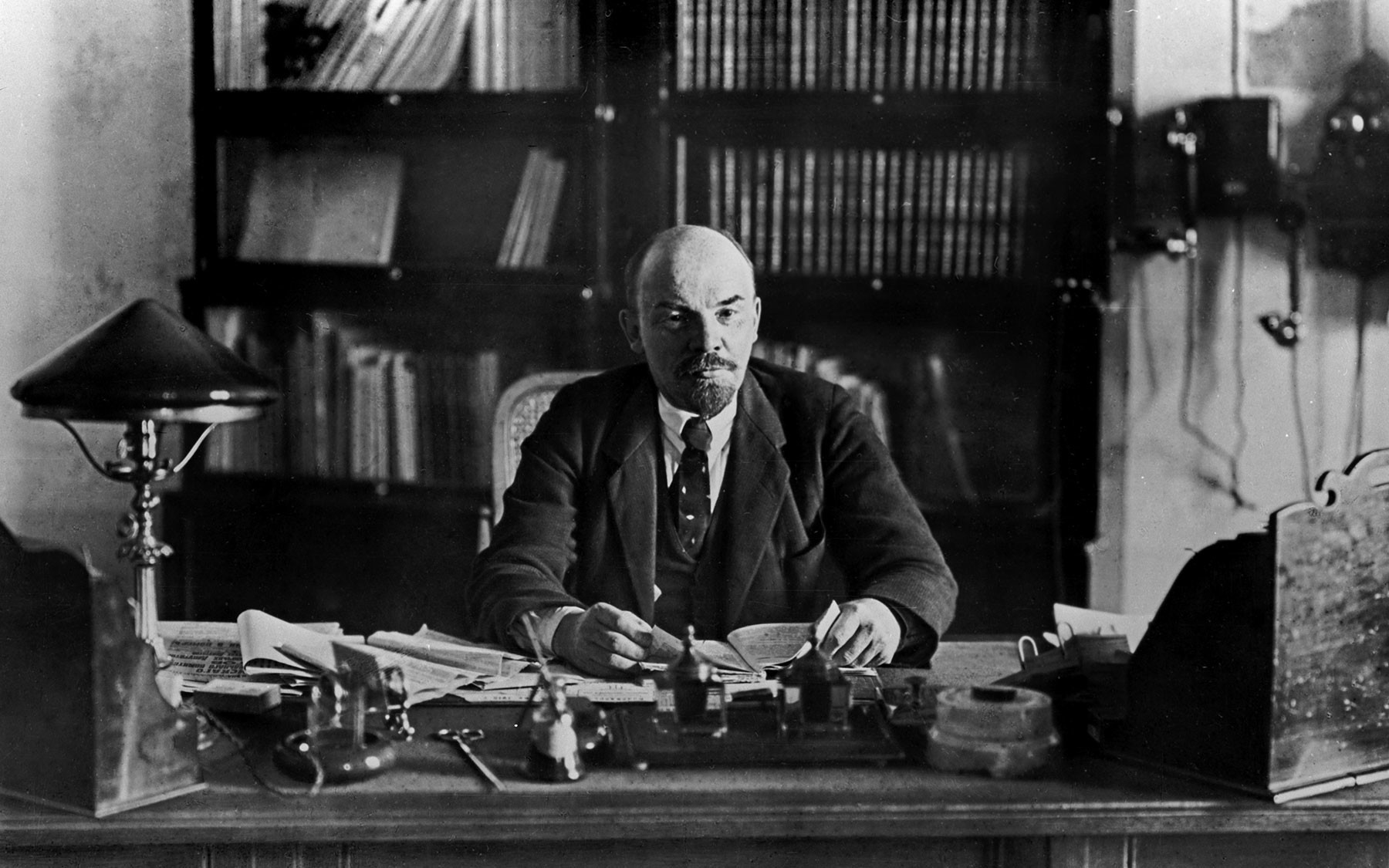 Владимир Ильич Ленин (1870–1924) в рабочем кабинете в Кремле. 16 октября 1918 год. Фото: ©РИА Новости / Петр Оцуп