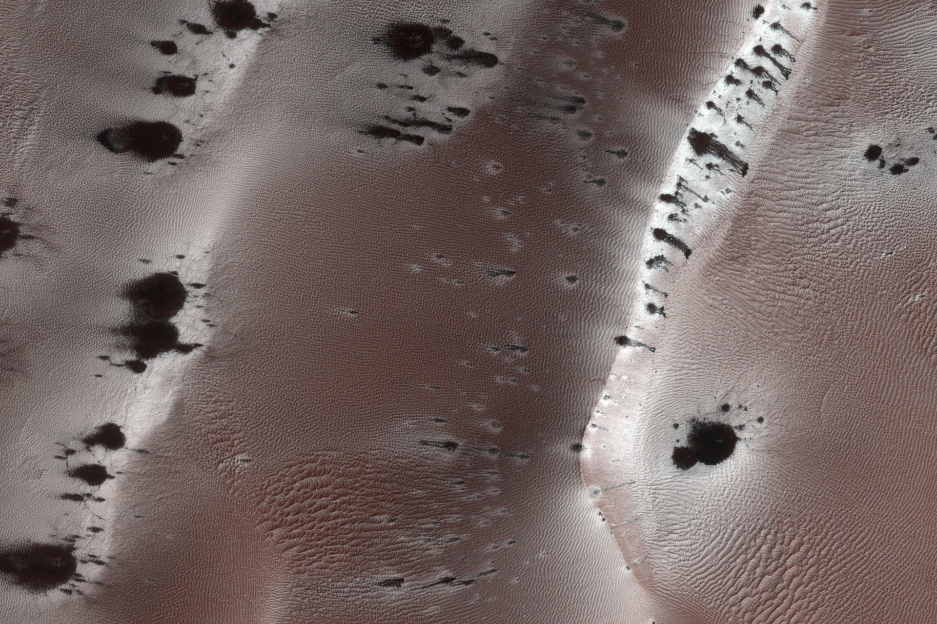 Следы марсианских гейзеров, снимок HiRISE. Фото: © wikipedia.org