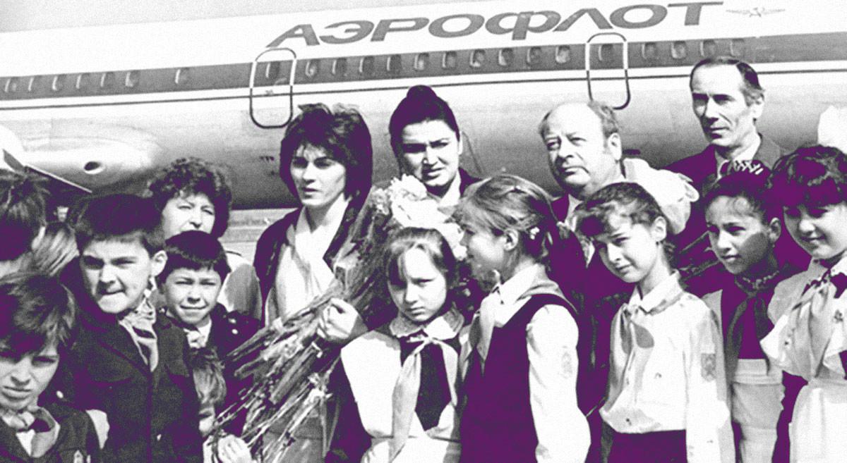 Учительница с детьми после освобождения. Фото © Wikimedia Commons