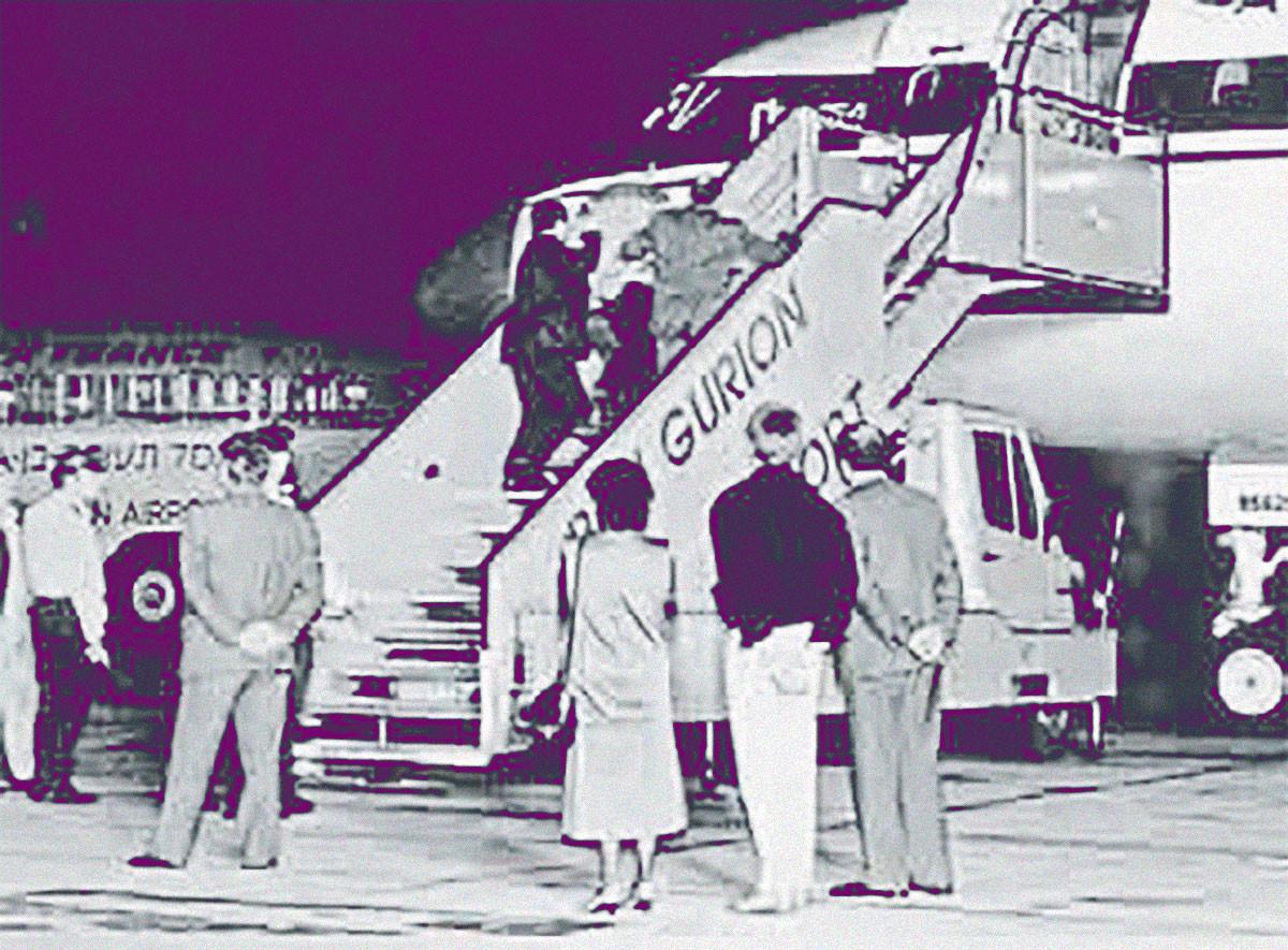 Арестованные террористы в сопровождении израильских полицейских поднимаются на борт советского самолёта. Израиль, аэропорт Бен-Гурион, декабрь 1988-го. Фото © Wikimedia Commons