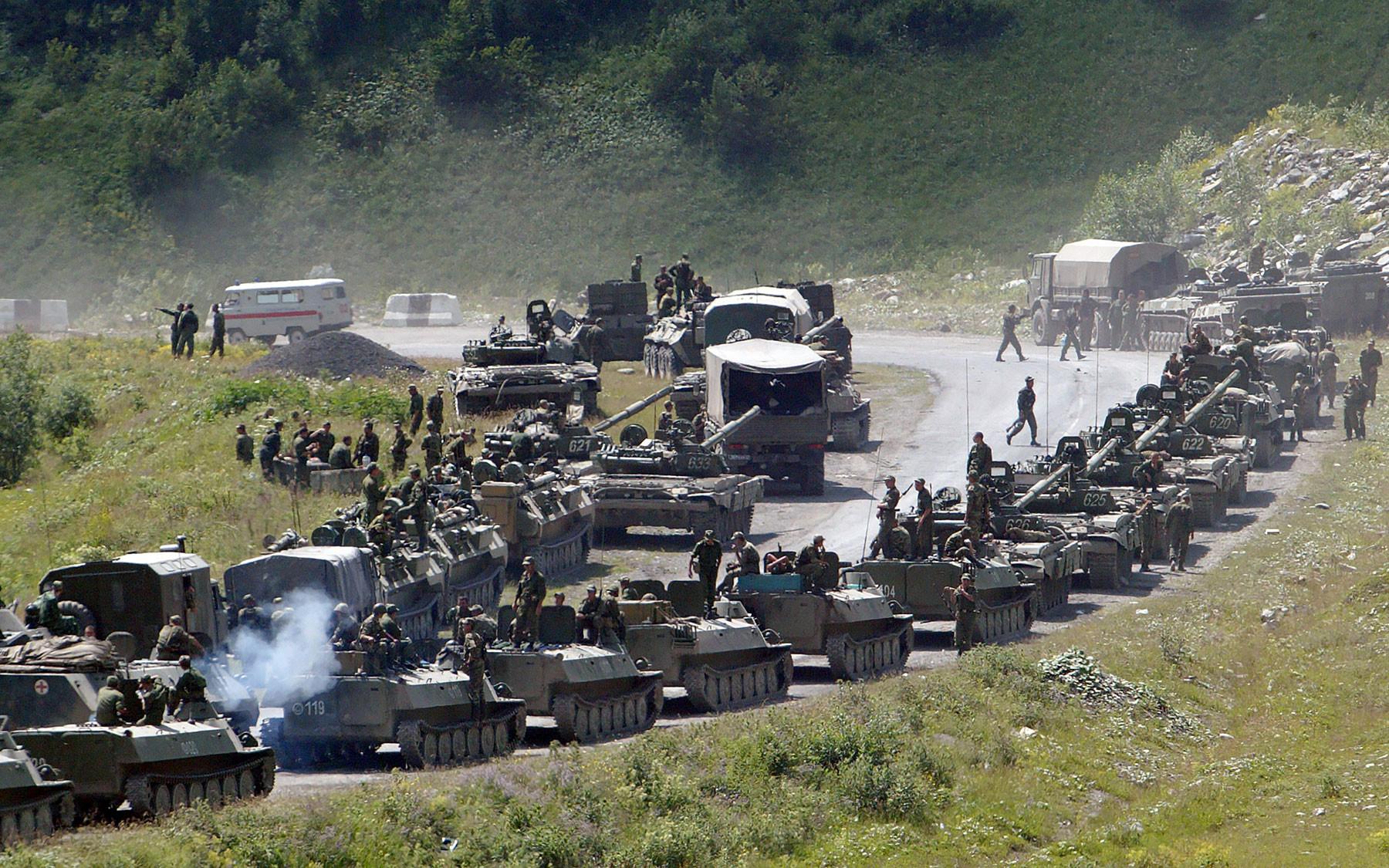Колонна российских бронетранспортёров, отправленных в Цхинвал. Фото: © AP Photo/Musa Sadulayev