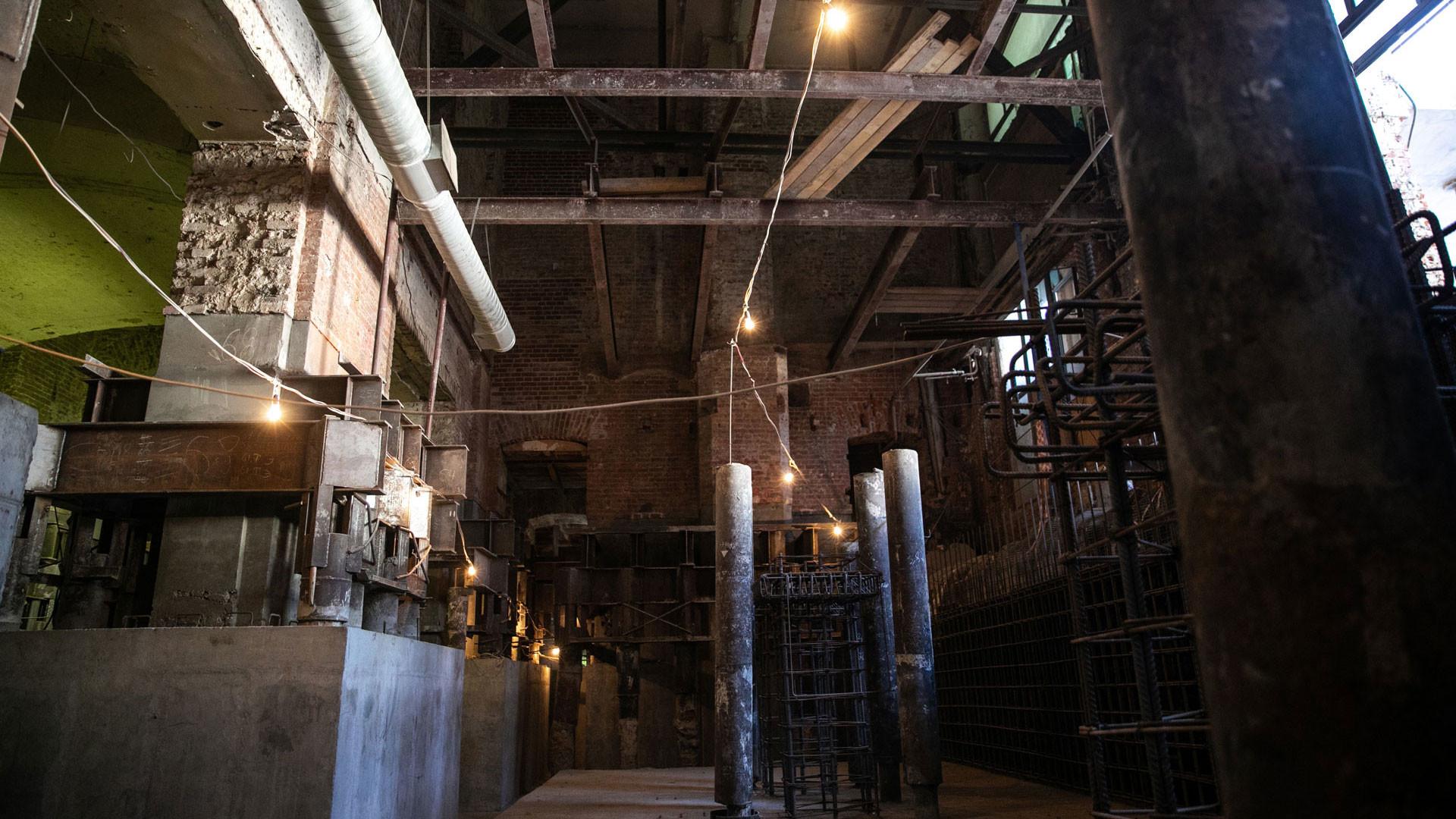Подвал пришлось углублять, для чего старые колонны установили на новые ростверки. Фото: © L!FE / Виталий Костеников
