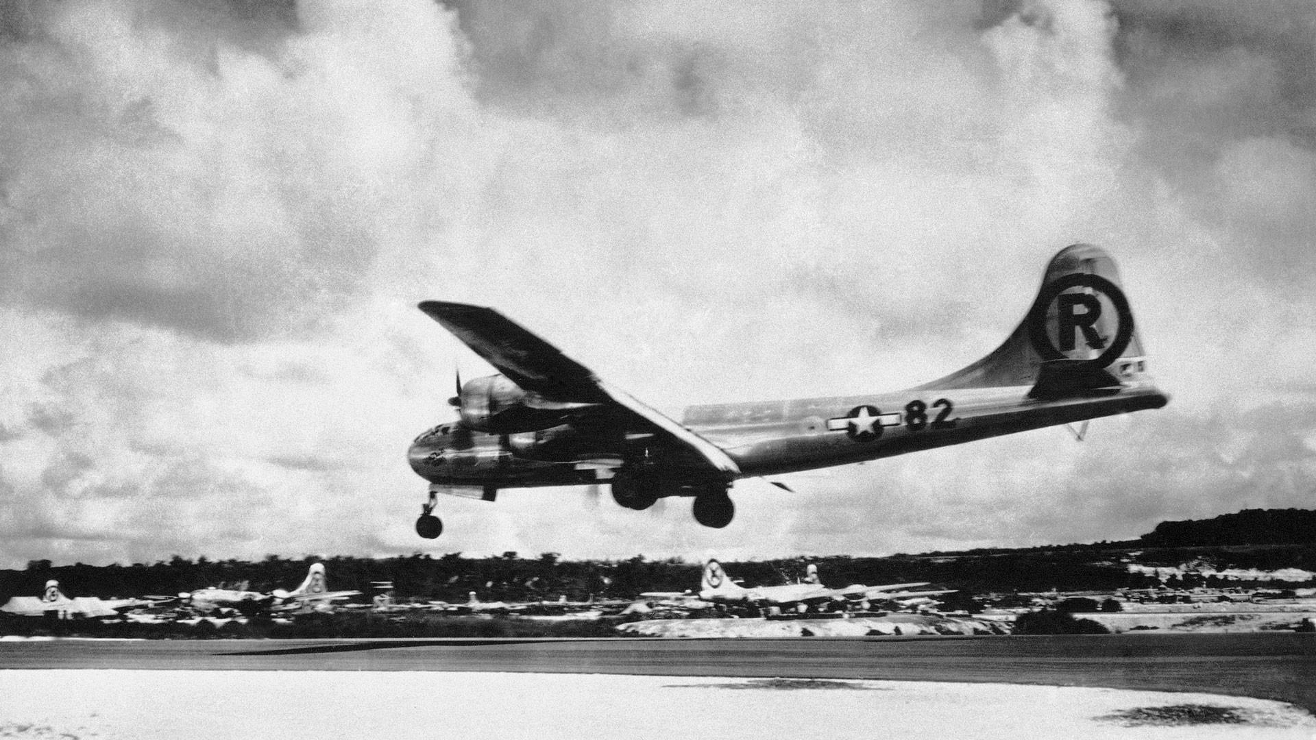 """Бомбардировщик """"Энола Гей"""" 6 августа 1945 года приземляется на Тиниане после атомной бомбардировки японского города Хиросимы. Фото: © AP Photo / Max Desfor"""