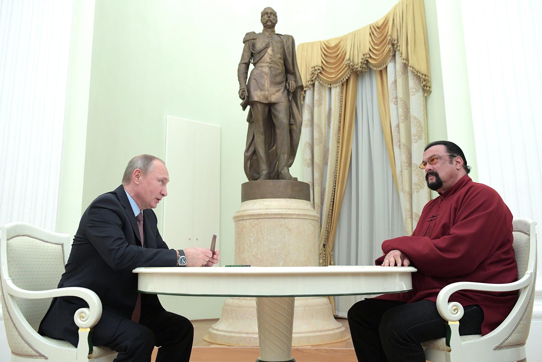 25 ноября 2016 года. Президент РФ Владимир Путин и американский актёр Стивен Сигал (справа) во время встречи в Кремле. Фото: © РИА Новости / Алексей Дружинин