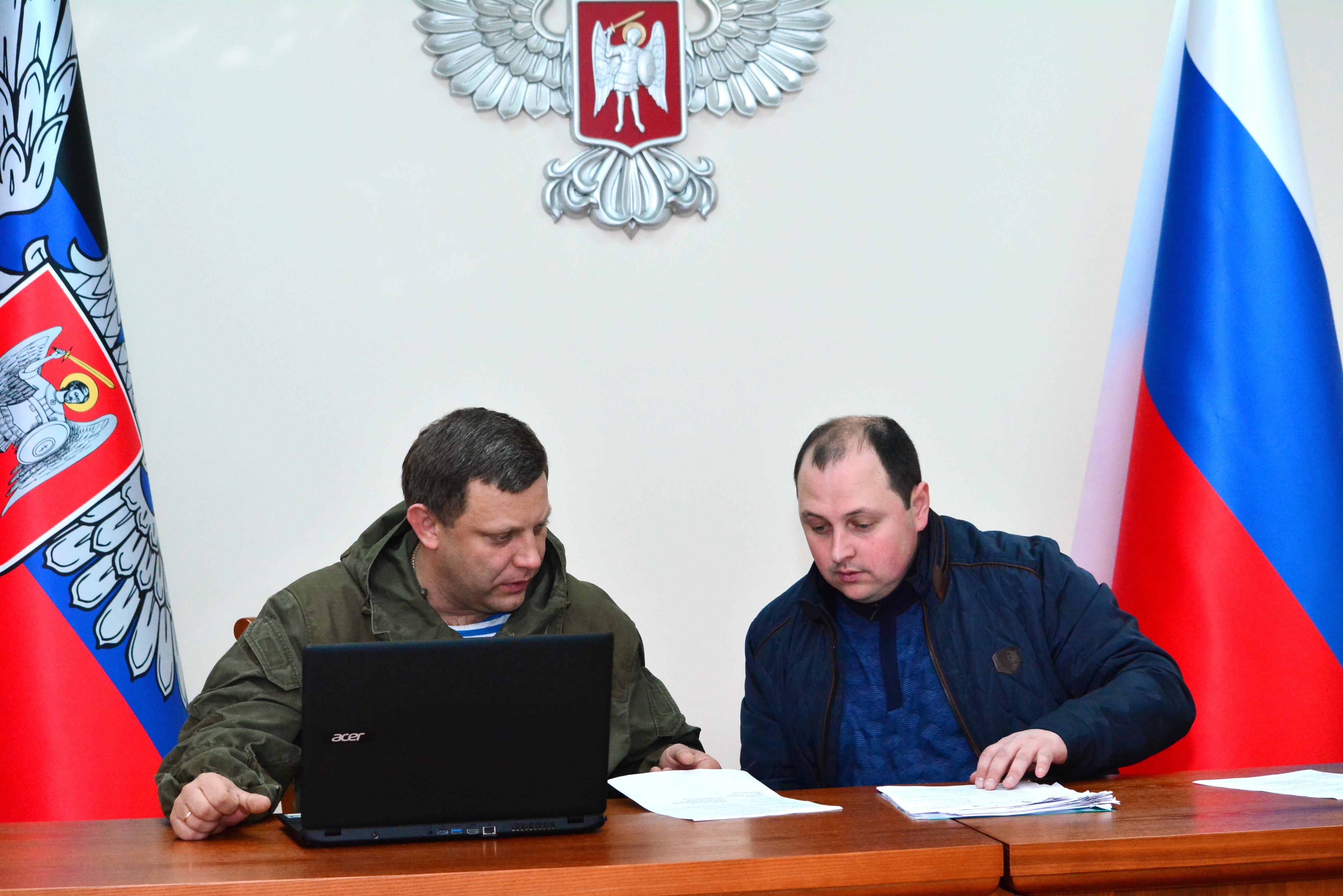 <p><span>Александр Захарченко (слева) и&nbsp;Дмитрий Трапезников.&nbsp;Фото &copy; РИА Новости/Игорь Маслов</span></p>