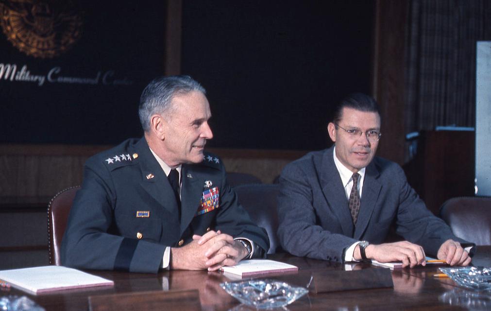 "<p>Председатель Объединенного комитета начальников штабов Максвелл Тейлор&nbsp;и&nbsp;министр обороны США Роберт Макнамара в июле 1964. Фото: &copy;&nbsp;flickr.com/<a href=""https://www.flickr.com/photos/osdhistory/41978583012/in/album-72157666809589117/"">Office of the Secretary of Defense Historical Office</a></p>"