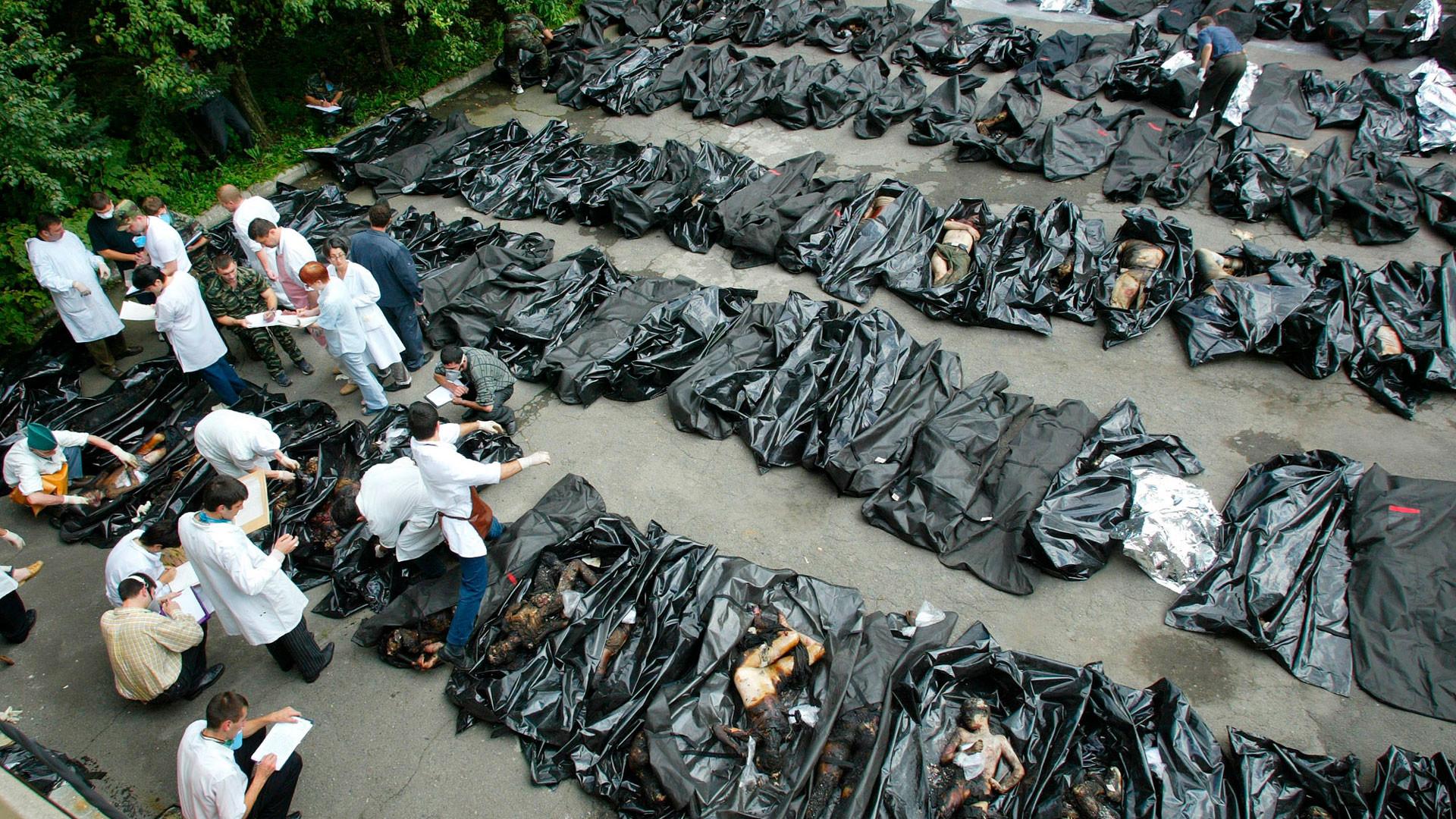 Тела убитых школьников. Фото: © AP Photo/Sergey Ponomarev