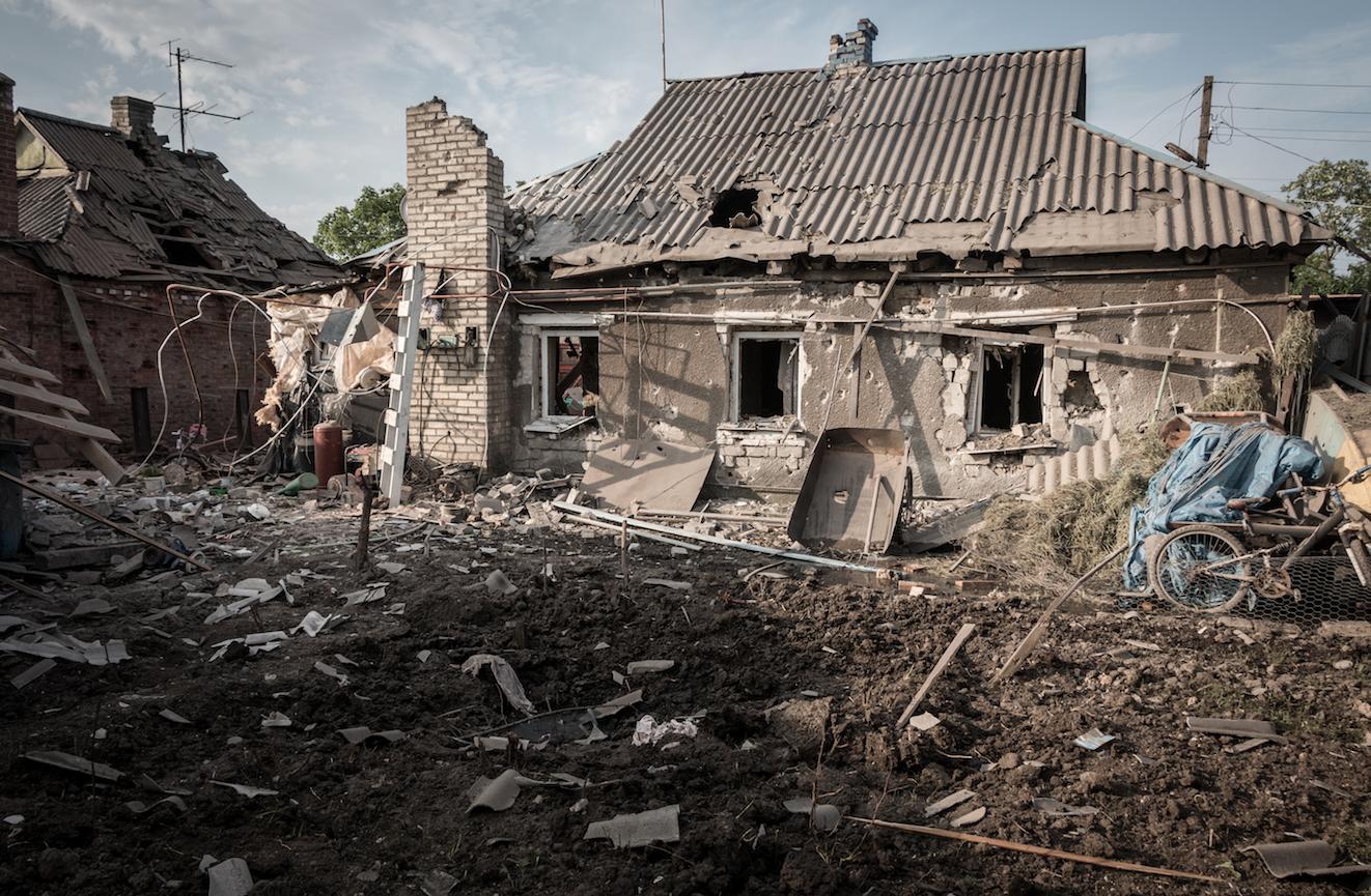 верить фото разбитых домов донбасса вывешены
