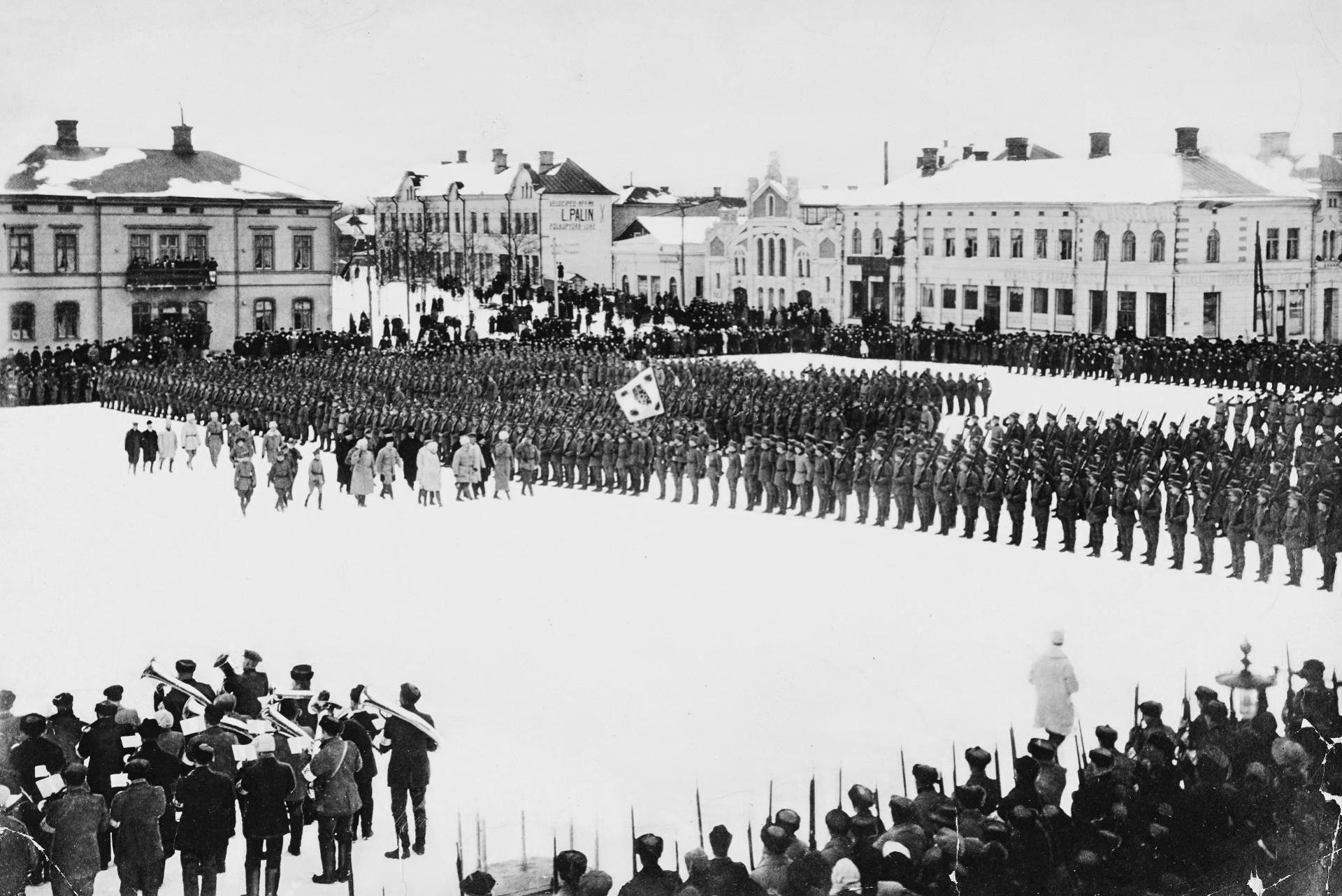 Батальон финских егерей на городской площади в Вааса. Инспектирует Густав Маннергейм. Фото © Wikimedia Commons
