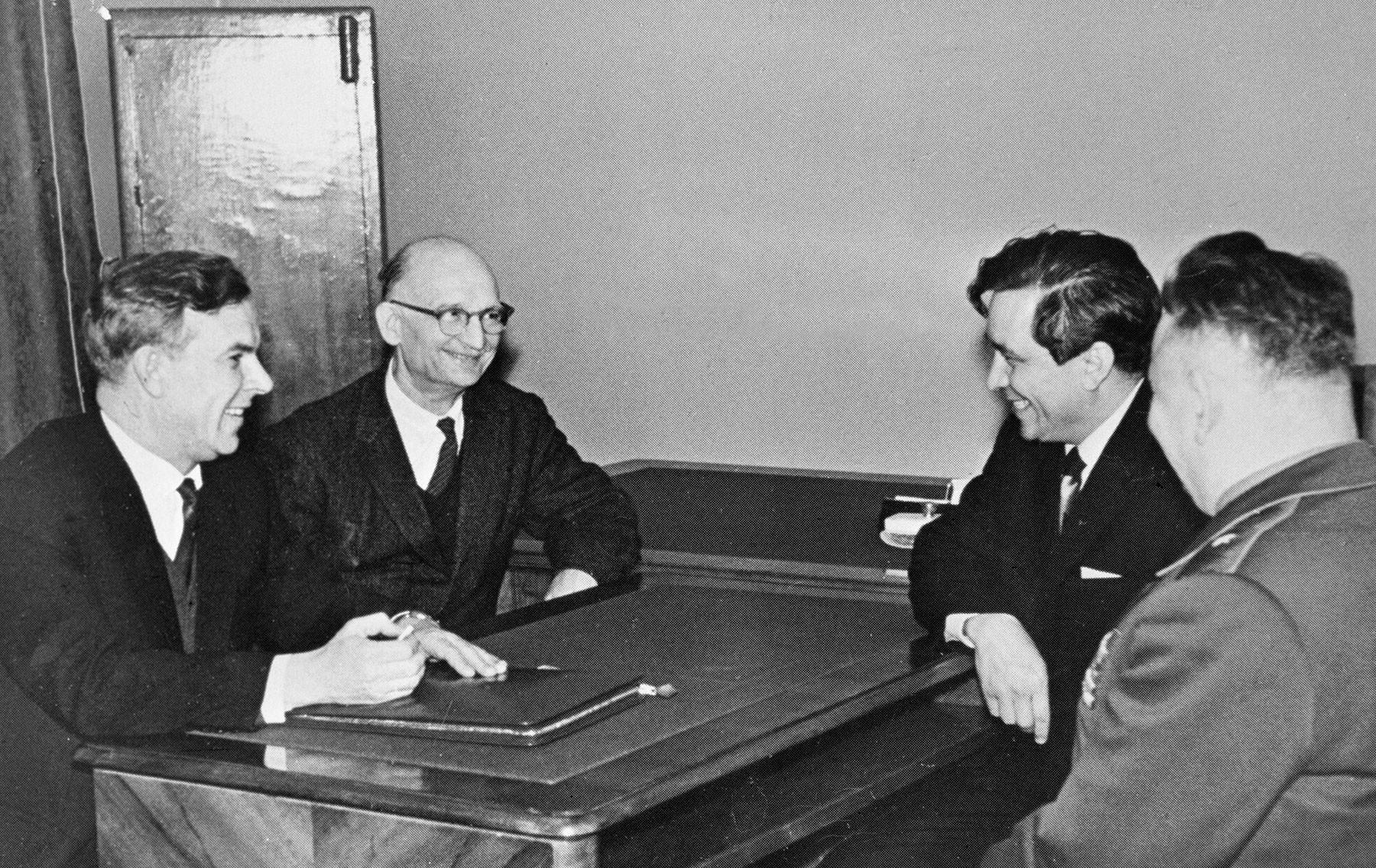 Председатель КГБ при Совете министров СССР Владимир Семичастный (1-й слева) принимает советских разведчиков Рудольфа Абеля (2-й слева) и Конана Молодого (2-й справа), 1964 год. Фото: ©РИА Новости