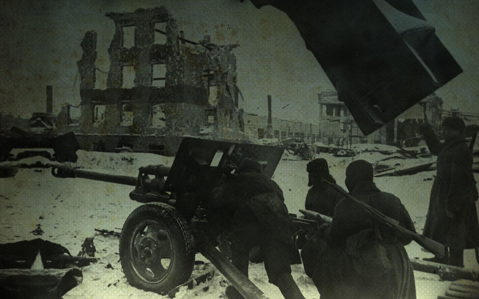 Советские артиллеристы во время одного из уличных боёв в Сталинграде. Ноябрь 1942 года. Великая Отечественная война 1941–1945 гг. Коллаж © L!FE Фото: © РИА Новости