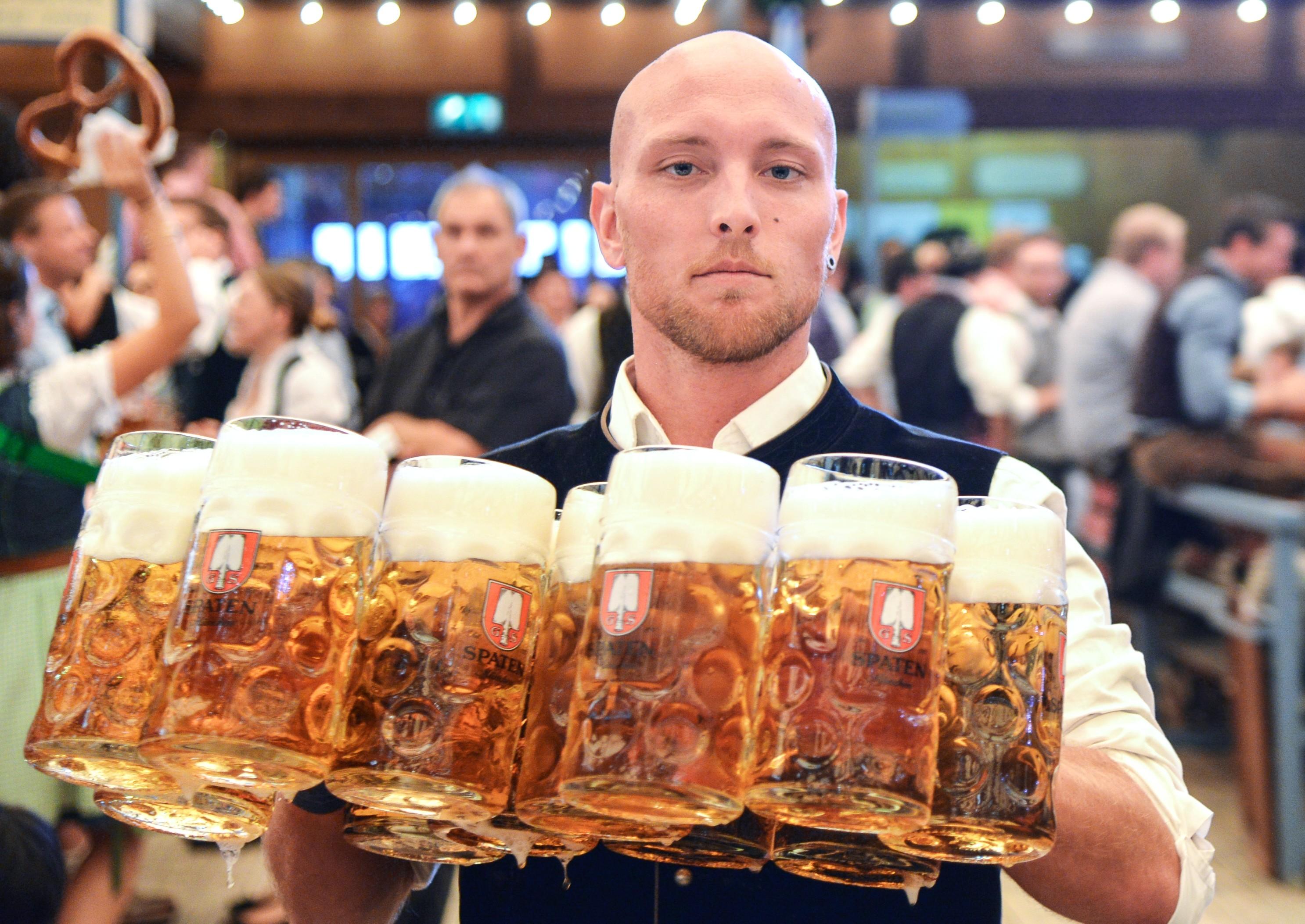 Официант разносит бокалы с пивом. Фото: © РИА Новости / Алексей Витвицкий