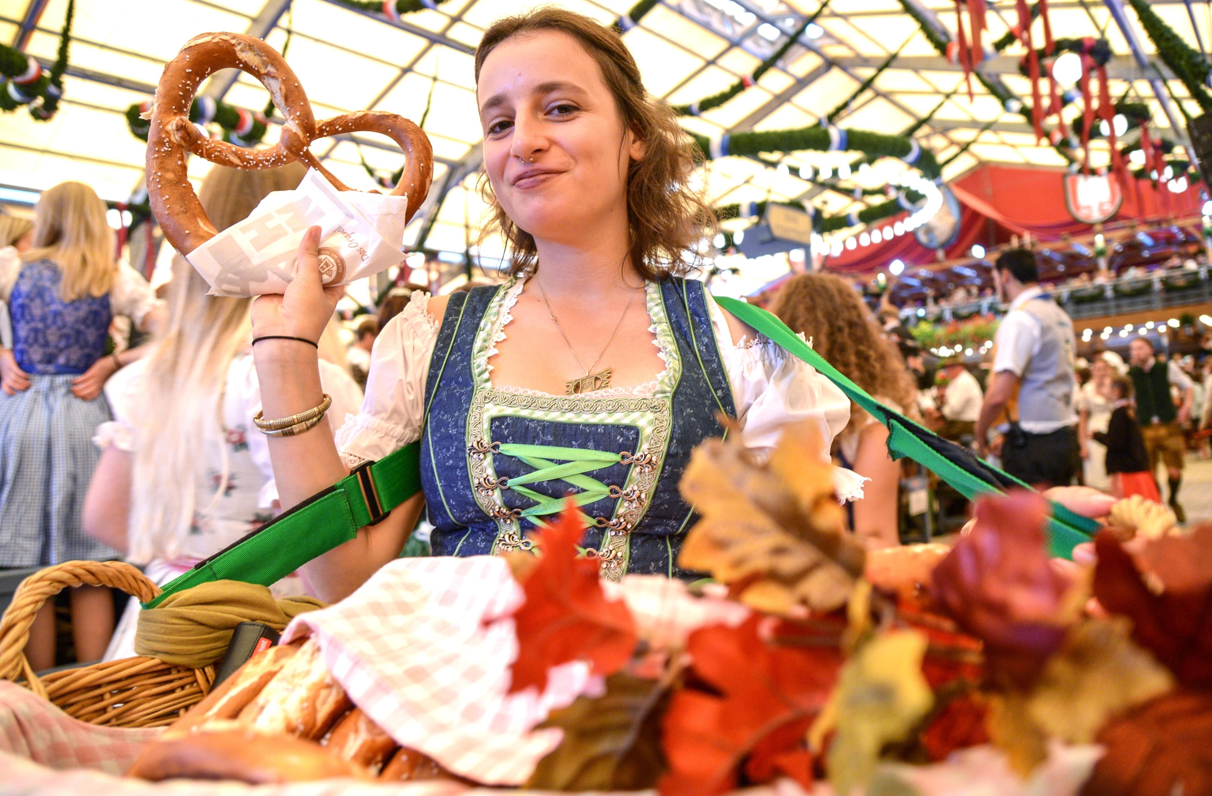 Официантка разносит еду. Фото: © РИА Новости / Алексей Витвицкий