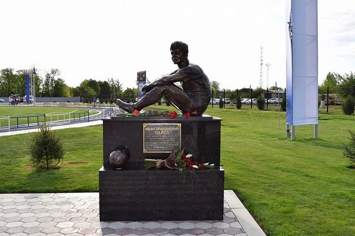 Памятник Ивану Платоновичу Чайке на стадионе в Песчанокопском. Фото: © ПФЛ