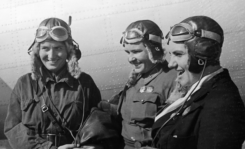 Прославленные советские лётчицы (слева направо) Марина Раскова, Полина Осипенко и Валентина Гризодубова. Фото © Ольга Ландер