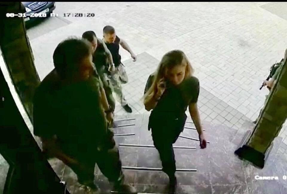 """Стоп-кадр записи камеры видеонаблюдения перед входом в кафе """"Сепар"""" в Донецке"""